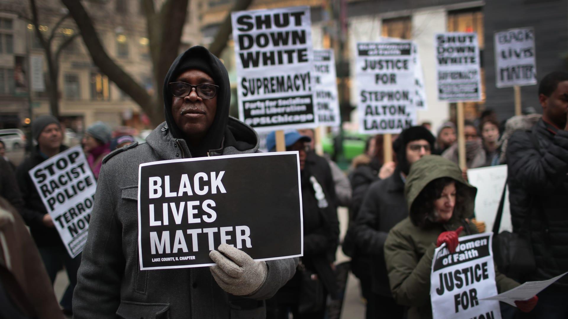 """سفارة أمريكية ترفع شعار """"حياة السود مهمة"""": نتضامن مع المحتجين ضد وحشية الشرطة"""