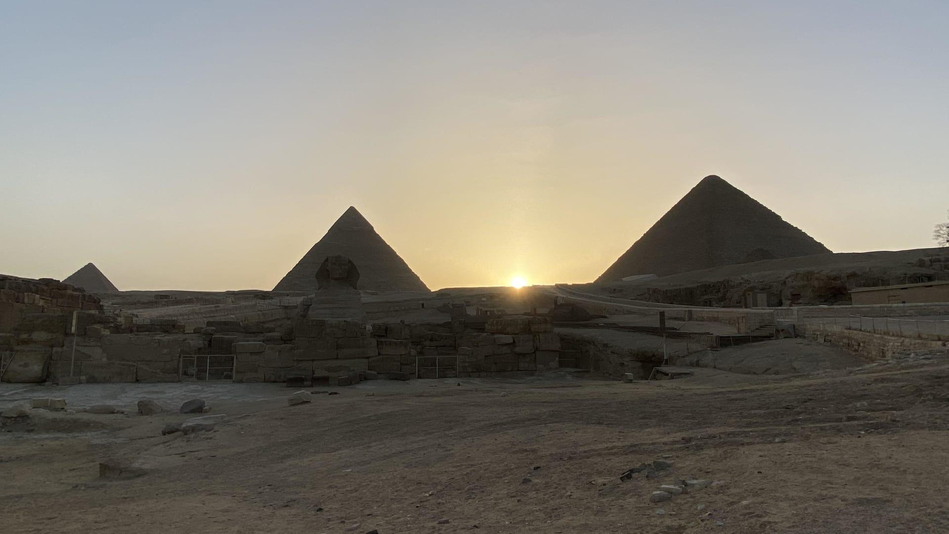 عالم المصريات زاهي حواس يكشف عن ظاهرة شمسية بأهرامات الجيزة