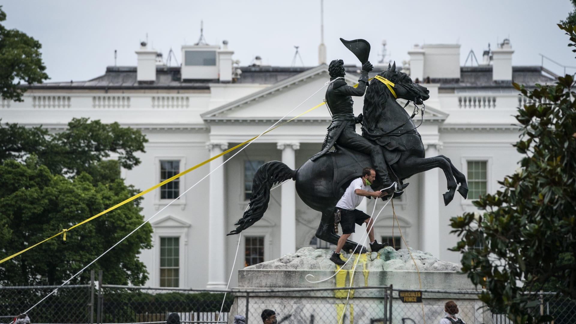 """بعد الإطاحة بتماثيل ترتبط بالعبودية.. ترامب: وقعت أمرًا """"قويًا للغاية"""" لحماية الآثار"""
