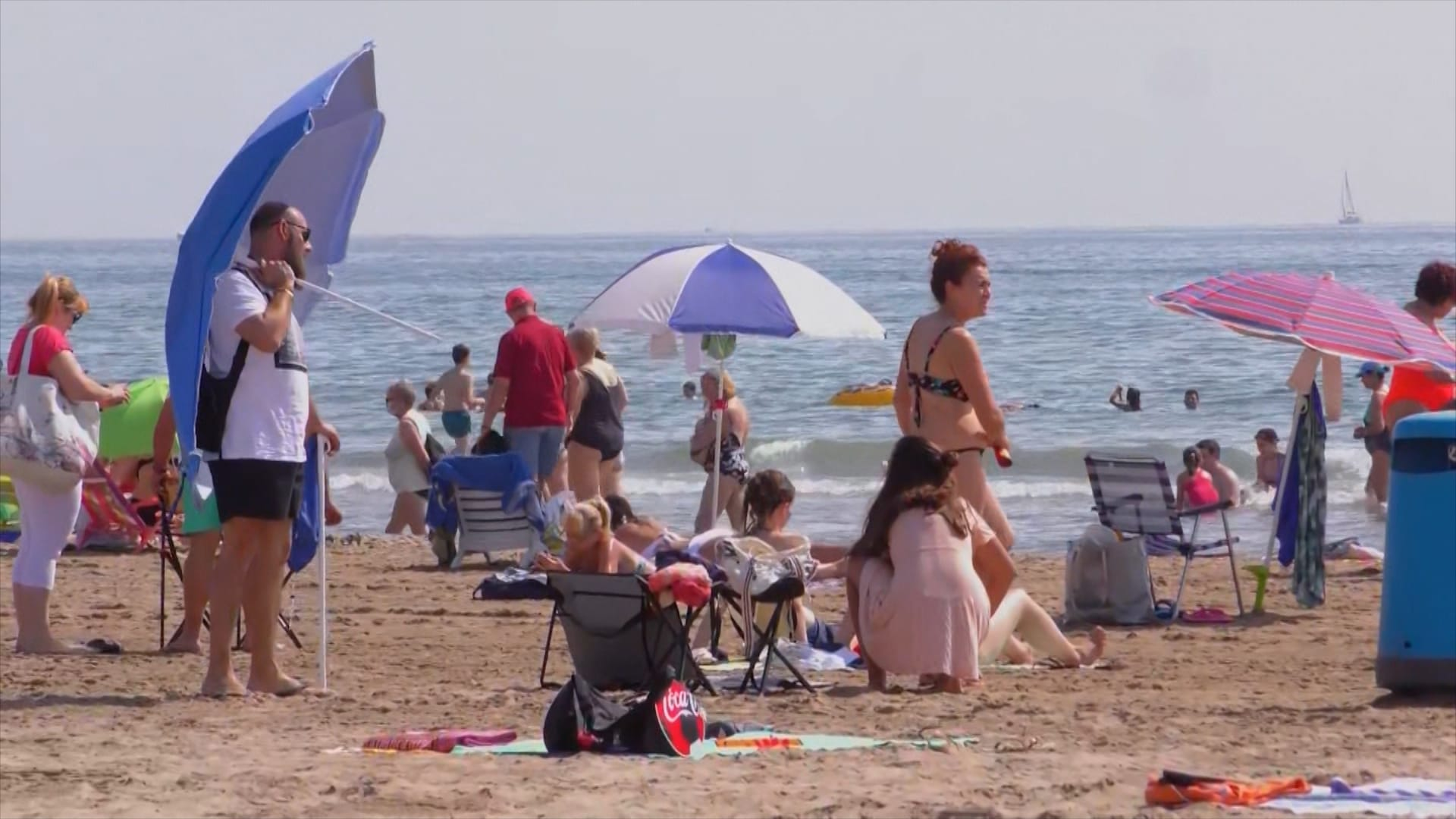 """إسبانيا تستعين بطائرات """"درون"""" لمراقبة رواد الشواطئ"""