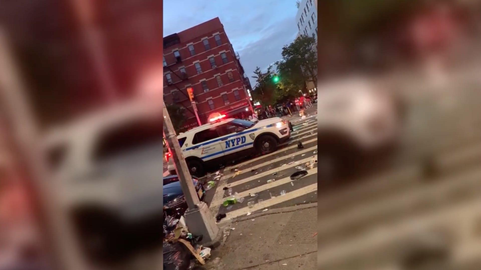 في نيويورك دوريات الشرطة تنسحب تحت وابل من عبوات الزجاج المتطايرة