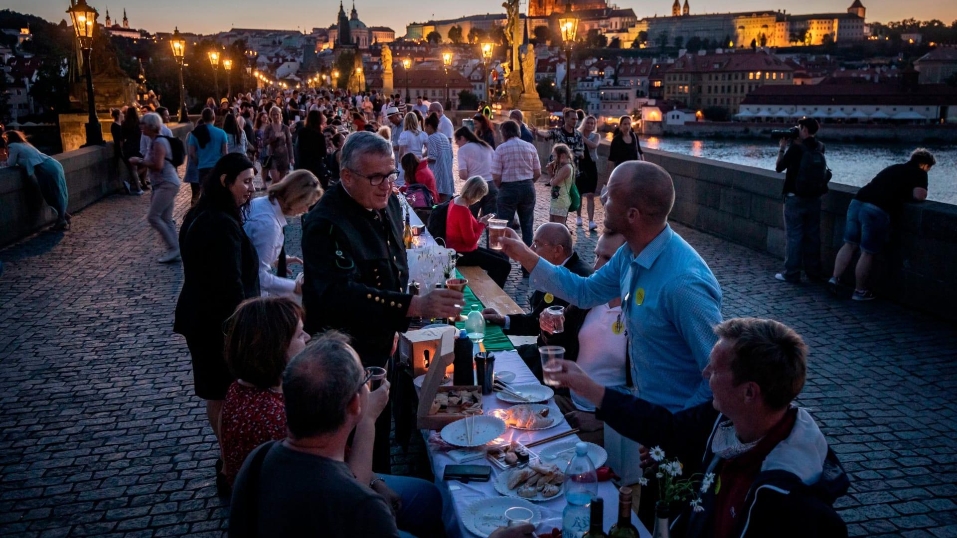 بطول 1600 قدم..مائدة عشاء ضخمة احتفالاً بتخفيف قيود كورونا في جمهورية التشيك