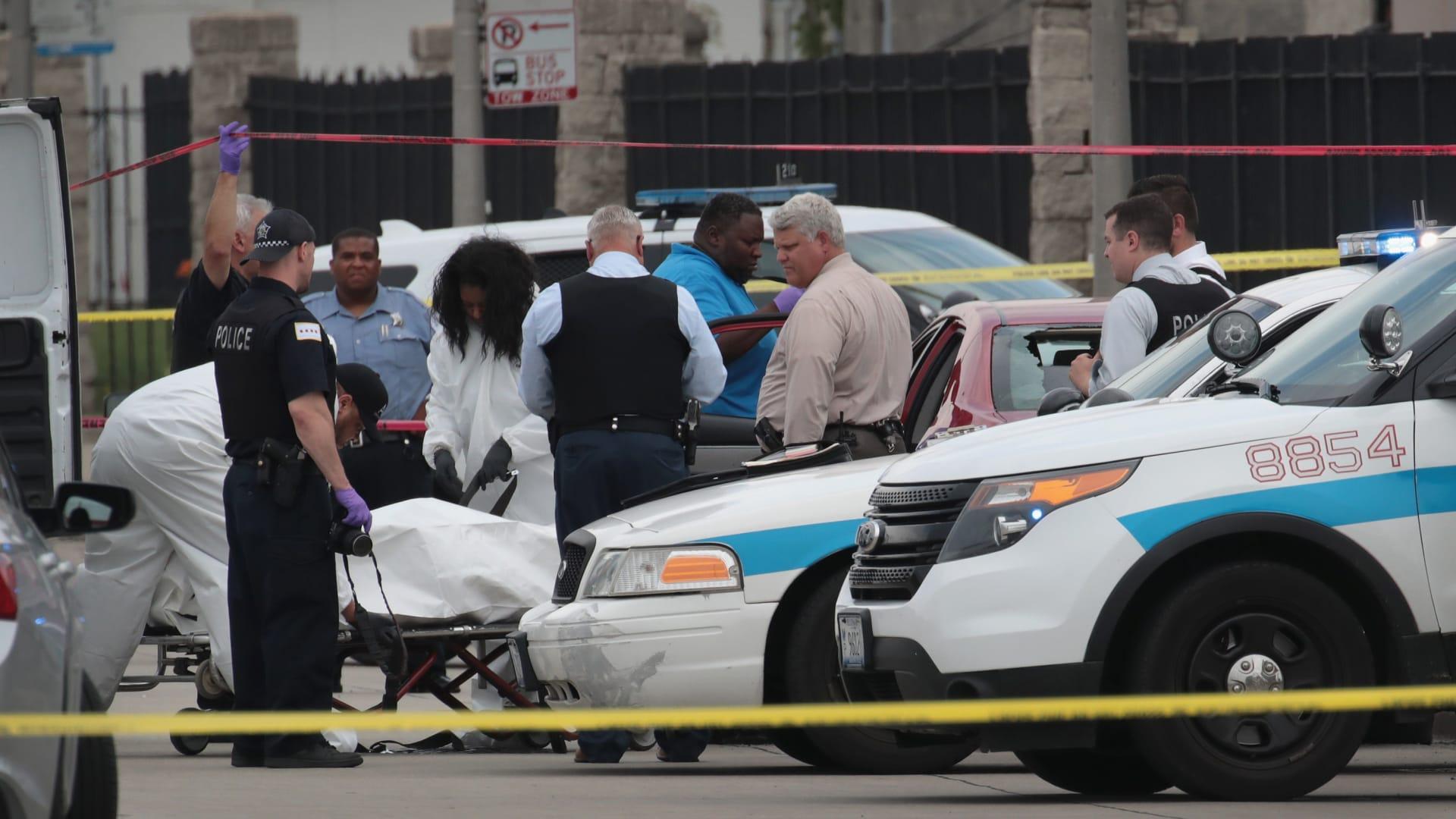 4 قتلى بينهم 3 أطفال بحادثة إطلاق نار في مدينة شيكاغو الأمريكية.. والجناة يلوذون بالفرار