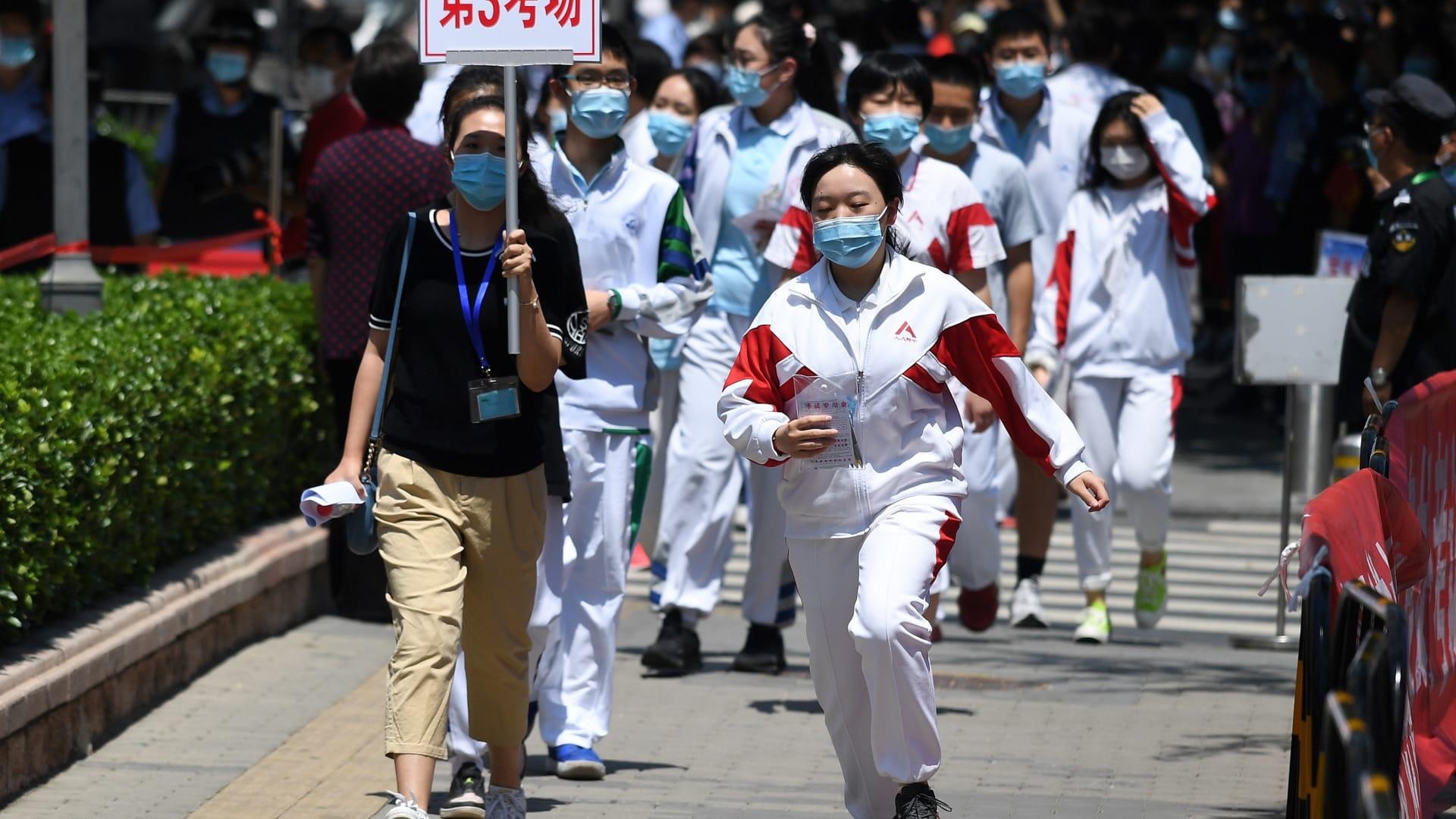 طلاب صينيون بعد إجرائهم فحوصات طبية للكشف عن الإصابة بفيروس كورونا في بكين