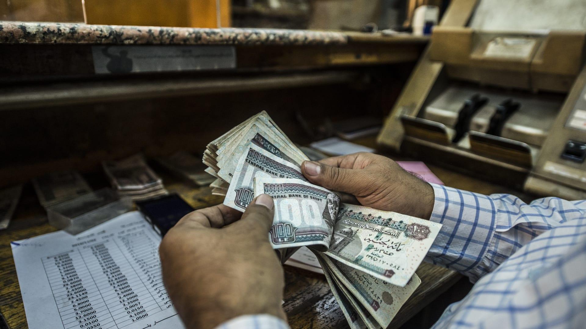 """الدولار يعاود التراجع أمام الجنيه المصري.. وخبراء يكشفون سر هبوط """"الأخضر"""""""