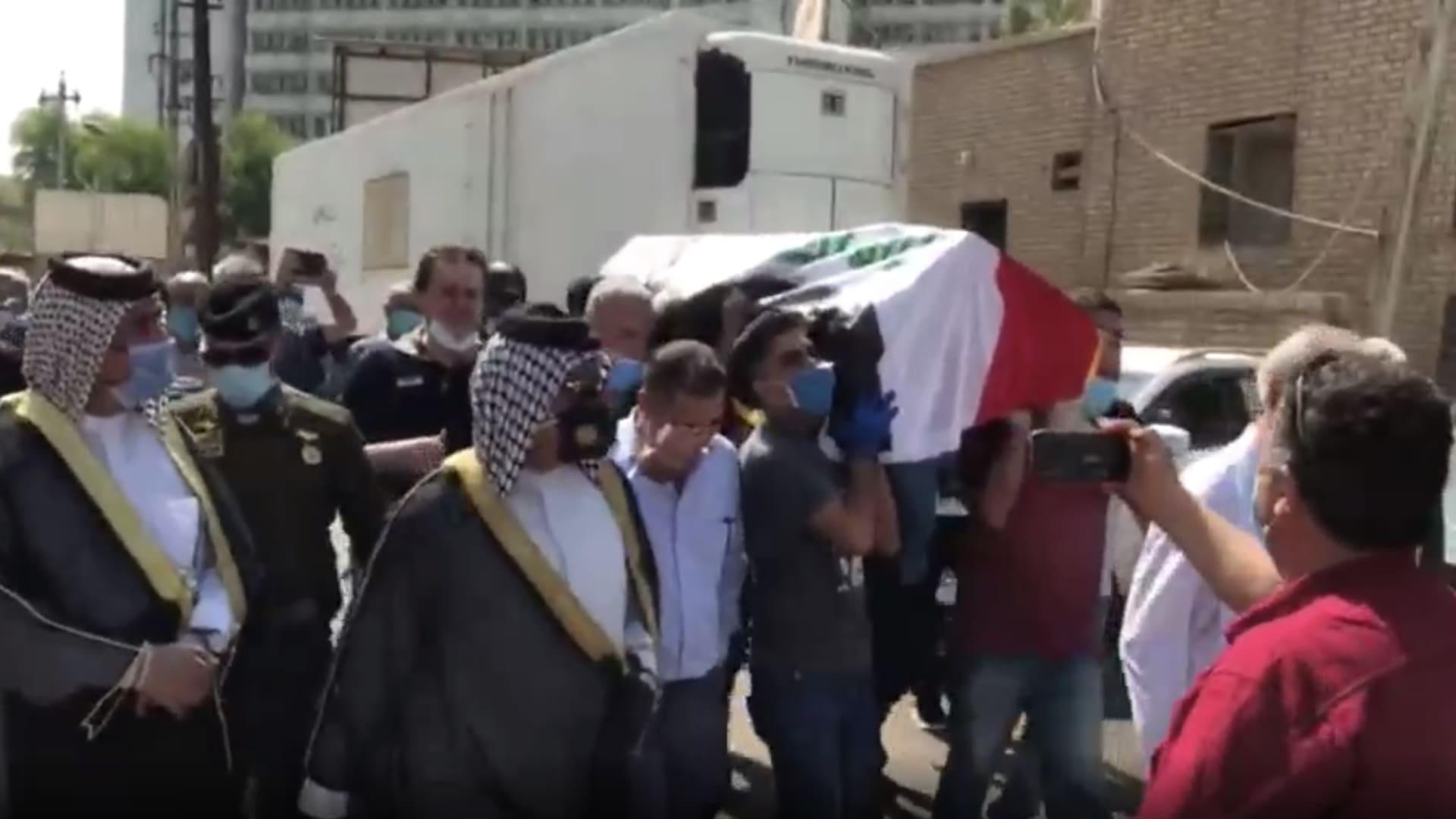 يلفه العلم العراقي.. تشييع جثمان هشام الهاشمي إلى مثواه الأخير