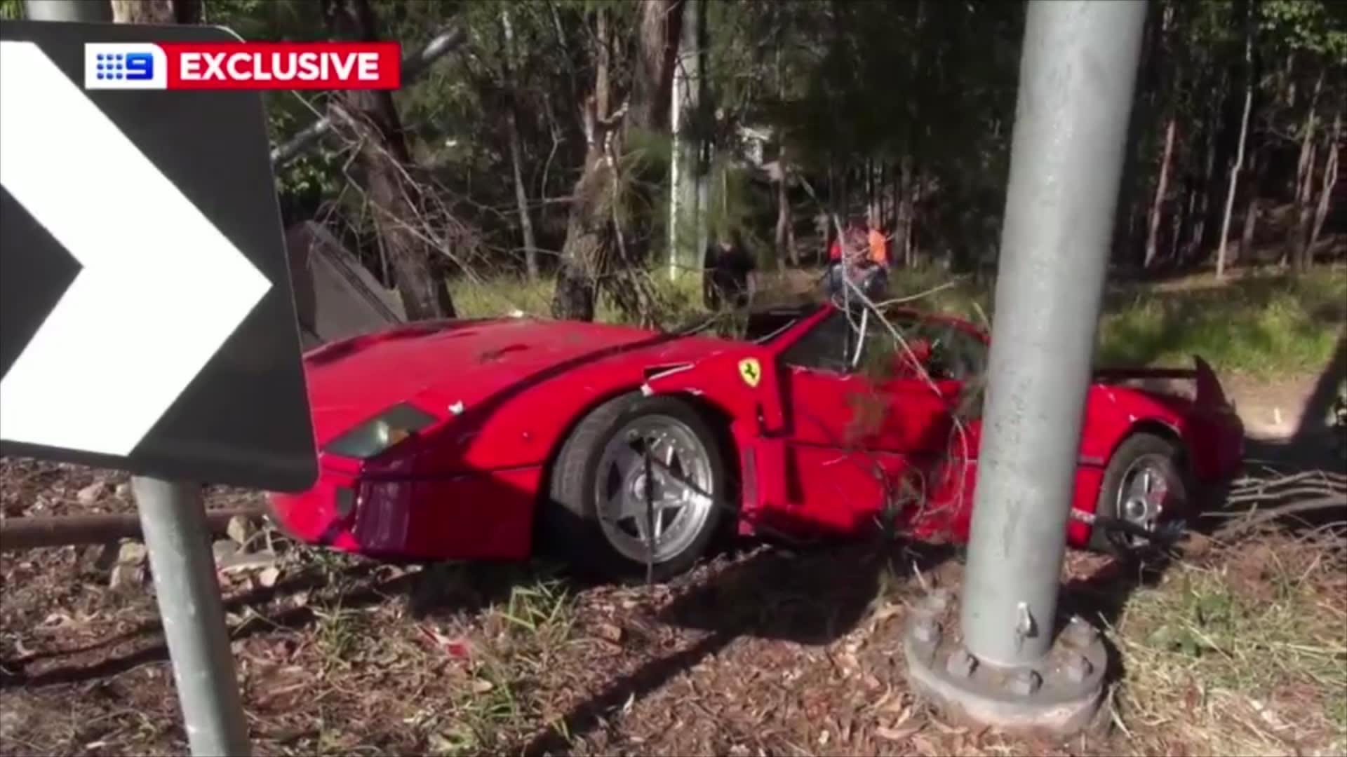 اصطدام سيارة فيراري نادرة من نوع F40 بشجرة وتحطمها
