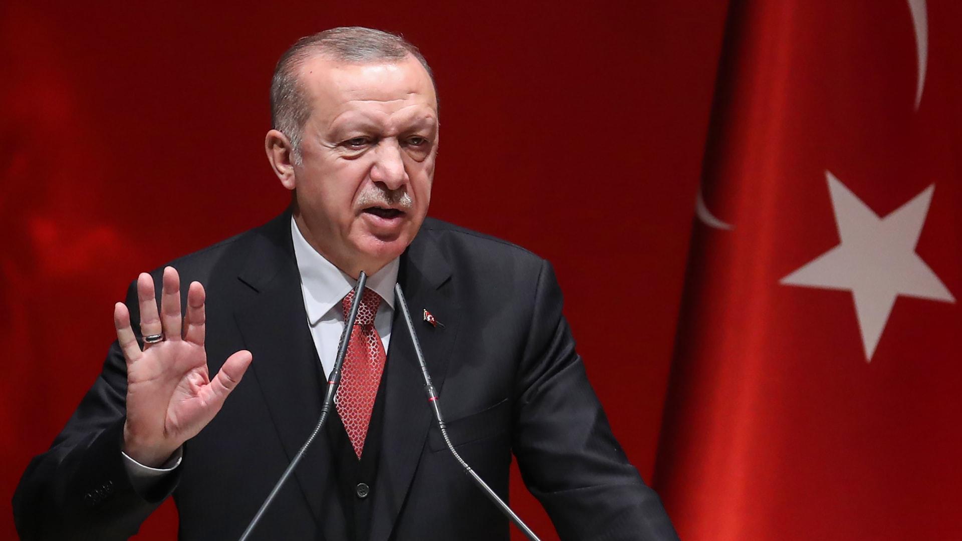 """بعد أن قرر تحويله إلى مسجد.. أردوغان ينشر صورا له من داخل """"آيا صوفيا"""""""