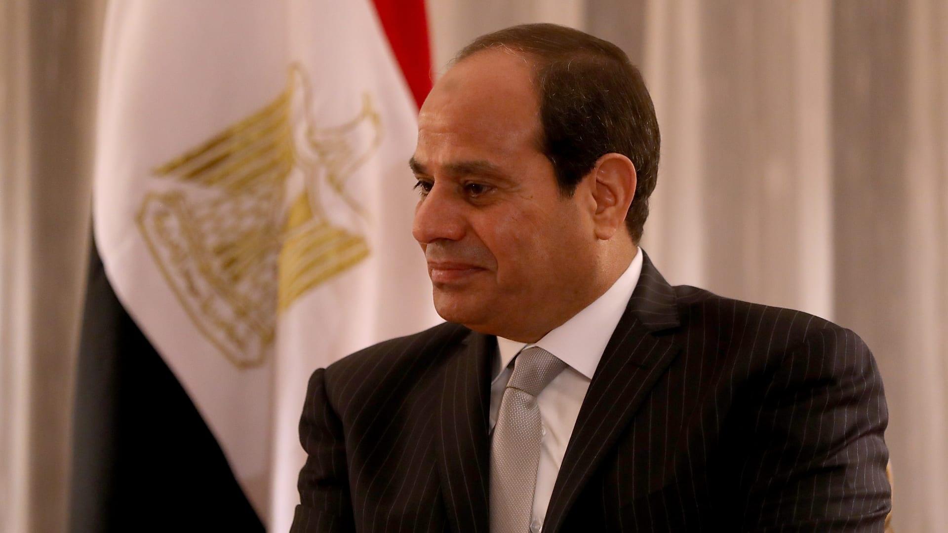 """مجلس النواب المصري يعلن موقفه من التدخل العسكري في ليبيا.. وأحد أعضائه: """"وقفنا تحية للقائد العام"""""""