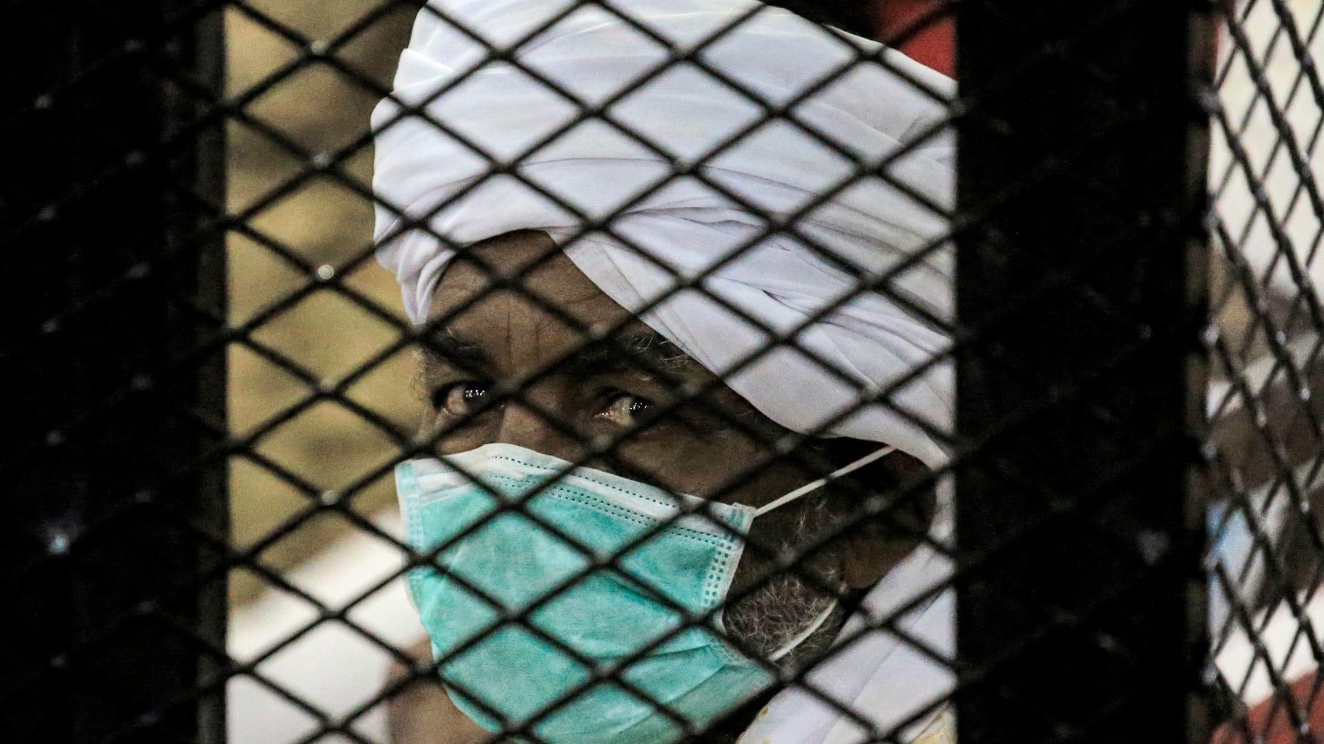 مرتديا الكمامة.. عمر البشير يظهر في المحكمة ومحاموه يطالبون بإرجاء الجلسة بسبب كورونا