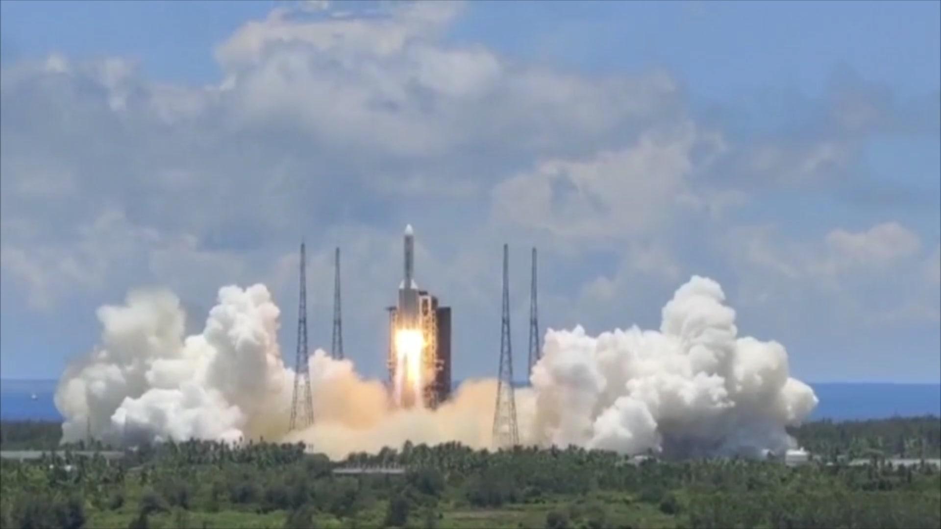 شاهد لحظة إطلاق الصين أول مسبار لها إلى المريخ