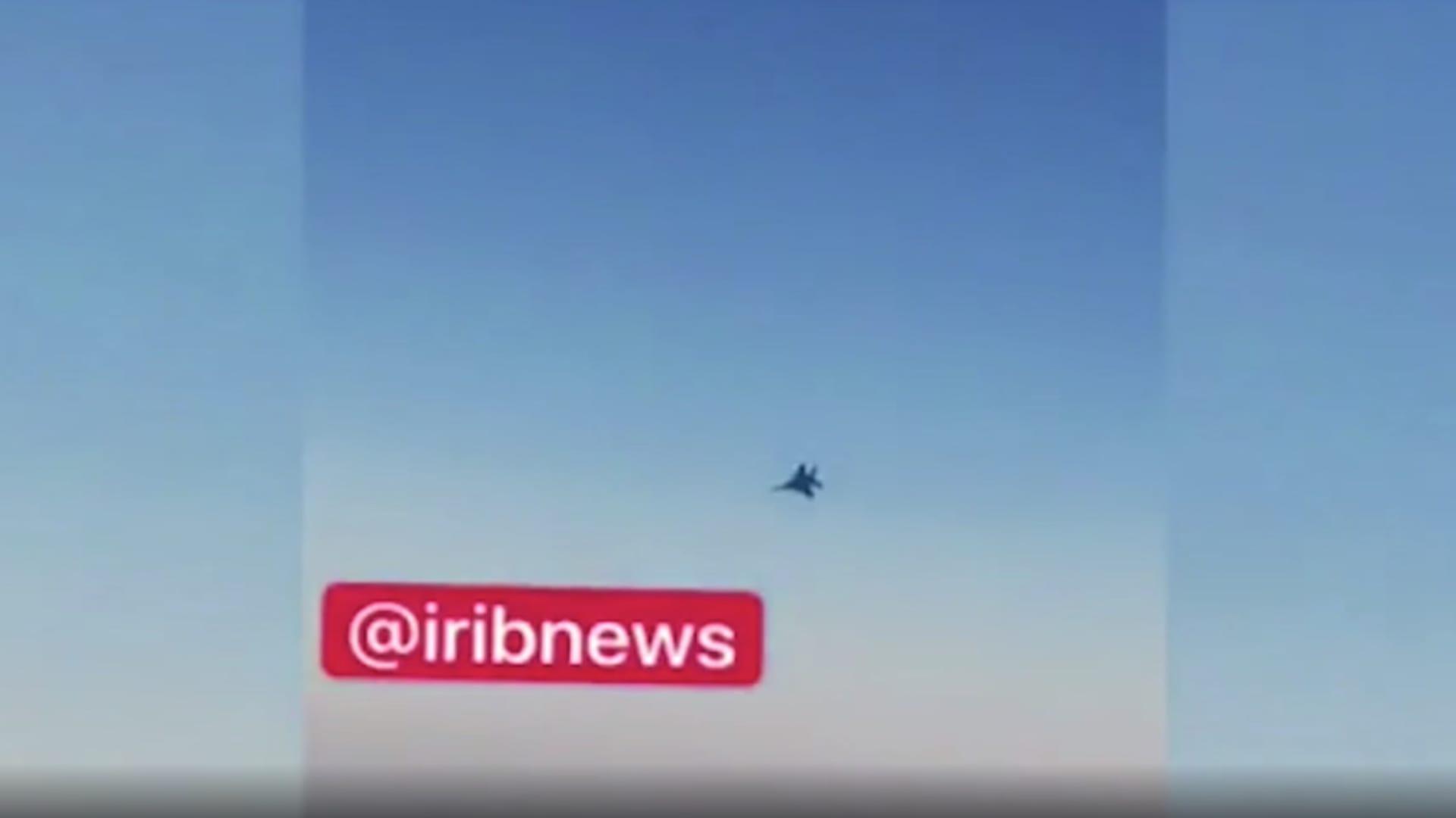 بكاميرا أحد ركابها.. لحظة اقتراب مقاتلة أمريكية من طائرة إيرانية في أجواء سوريا