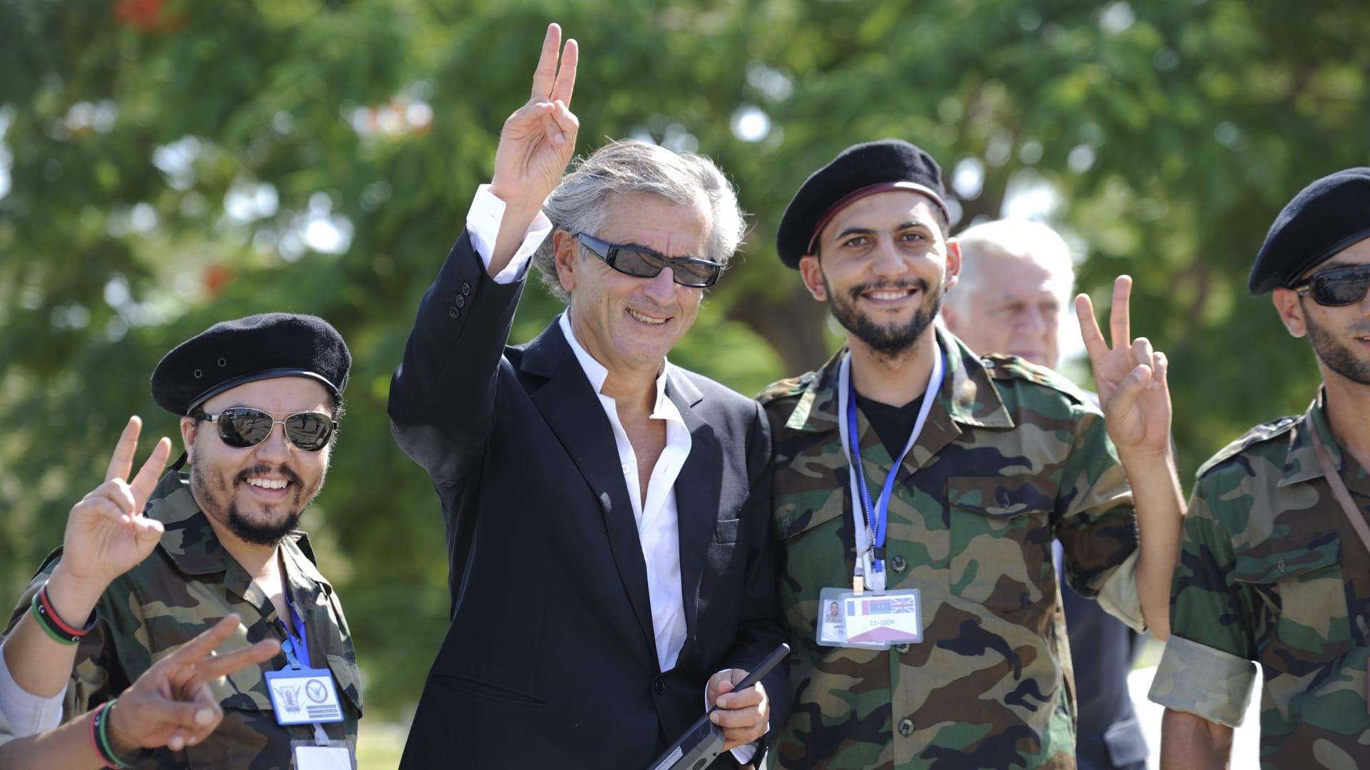"""لُقب بـ""""عراب الربيع العربي"""".. زيارة برنارد ليفي إلى ليبيا تُثير ردود فعل غاضبة وأنباء عن طرده من ترهونة"""