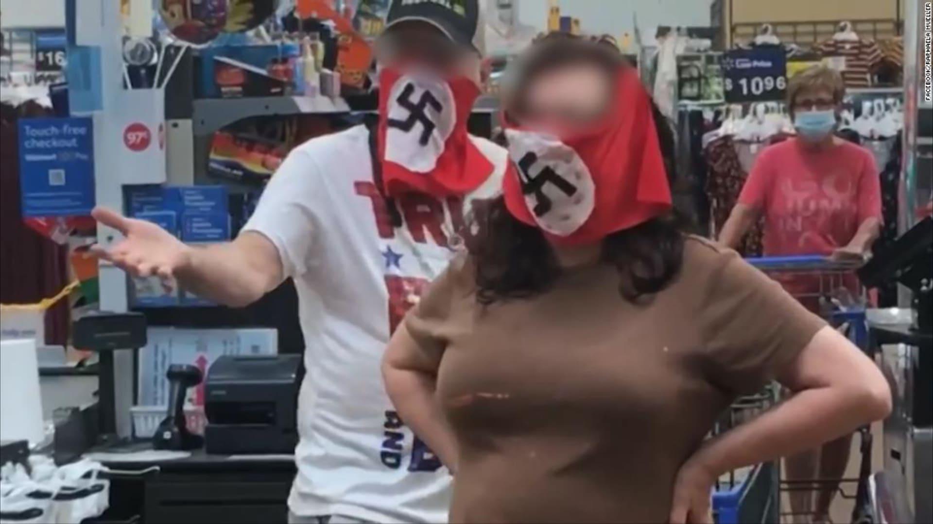 وول مارت تحظر زوجين ارتديا كمامات تحمل شعار النازية