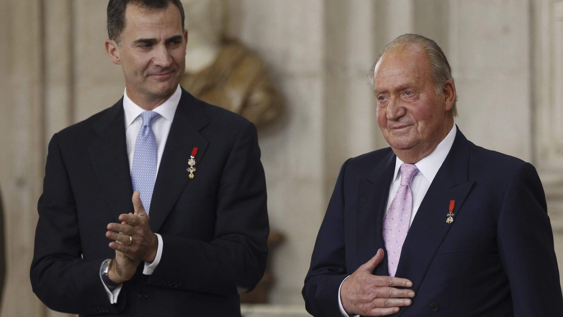 """ملك إسبانيا السابق خوان كارلوس يغادر البلاد.. وابنه يسلط الضوء على """"أهمية"""" عهده"""