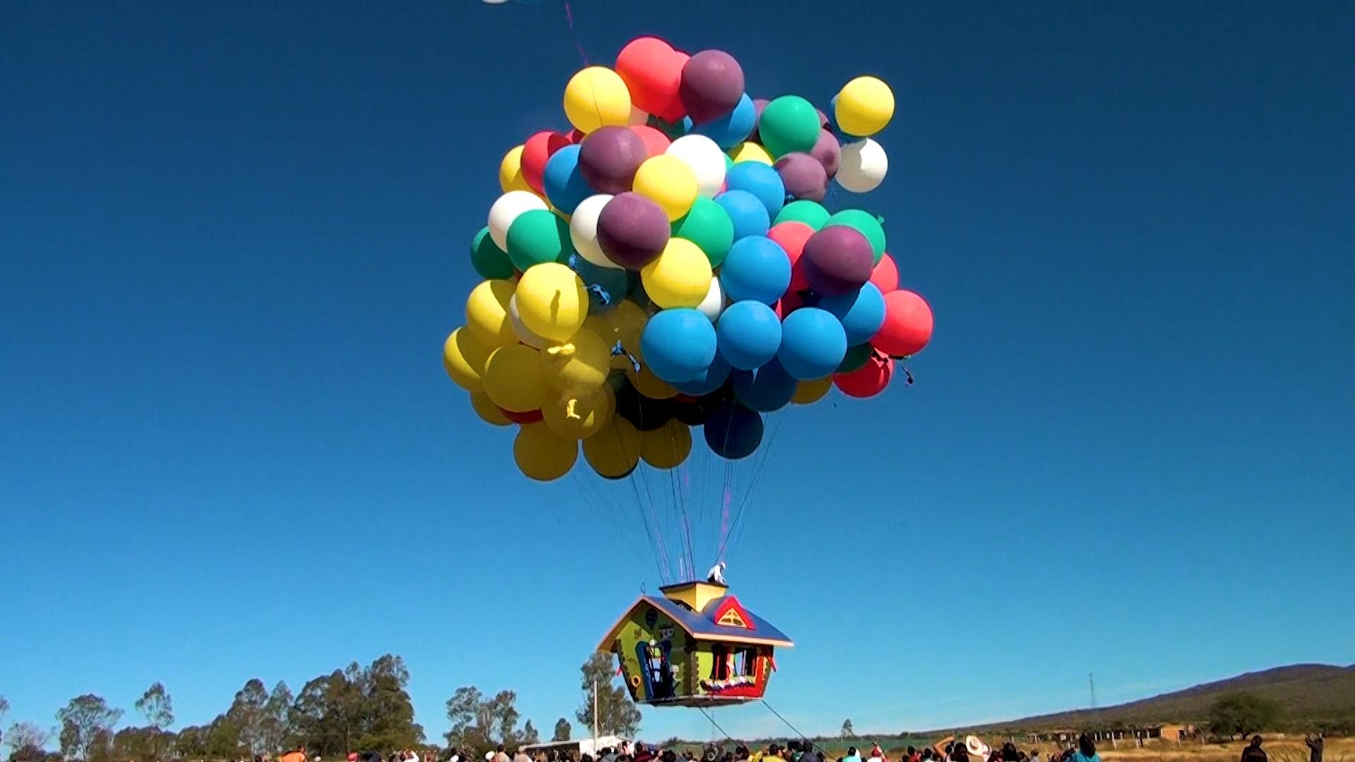 باستخدام البالونات الملونة.. رجل يحلق مئات الكيلومترات في السماء