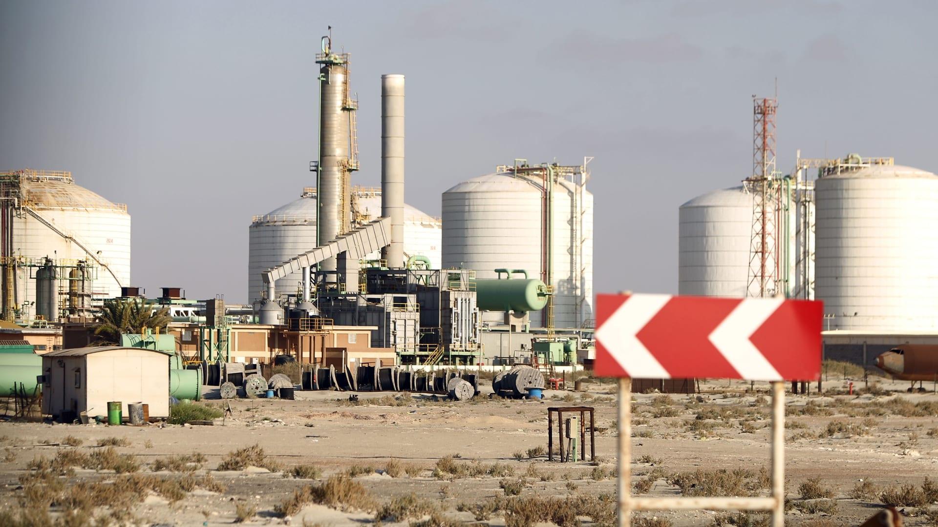 ليبيا.. قوات حفتر تعيد فتح الموانىء والمنشآت النفطية