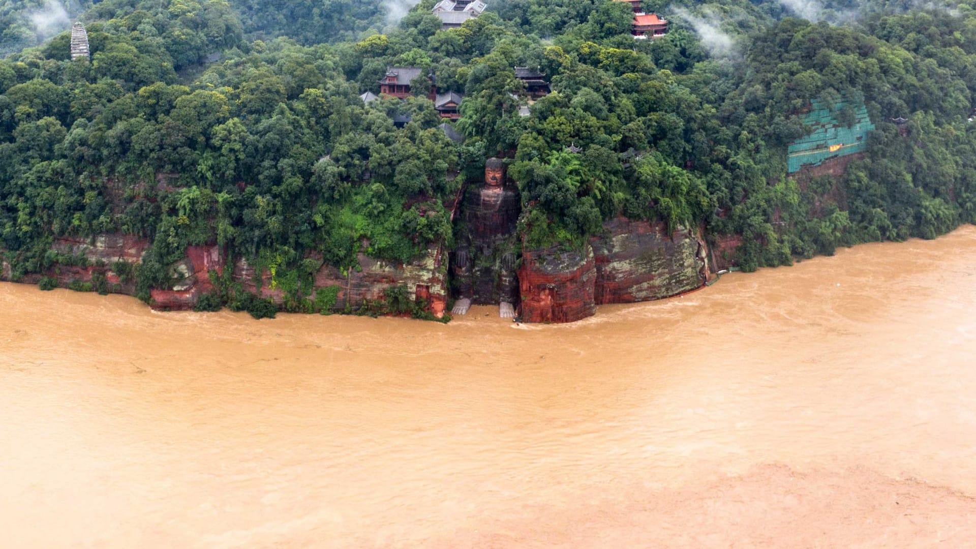 مياه الفيضانات تصل إلى أصابع قدمي تمثال بوذا الشهير في الصين