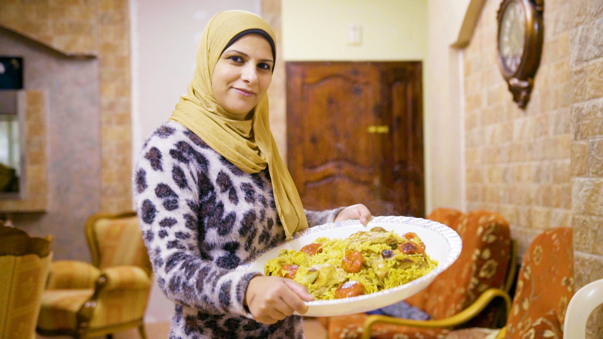 """هكذا يُحضر طبق """"المقلوبة"""" في منزل فلسطينية بغزة"""