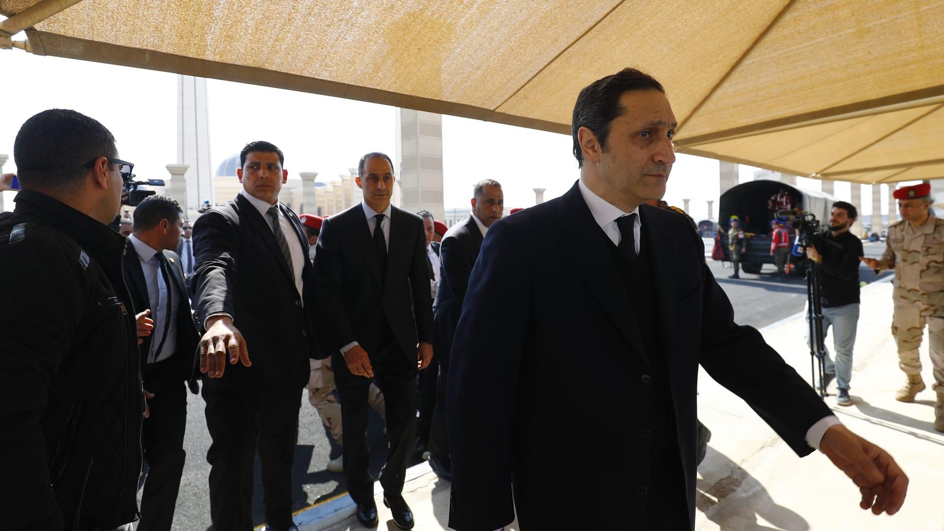 صورة أرشيفية لعلاء مبارك من جنازة والده في 26 فبراير 2020