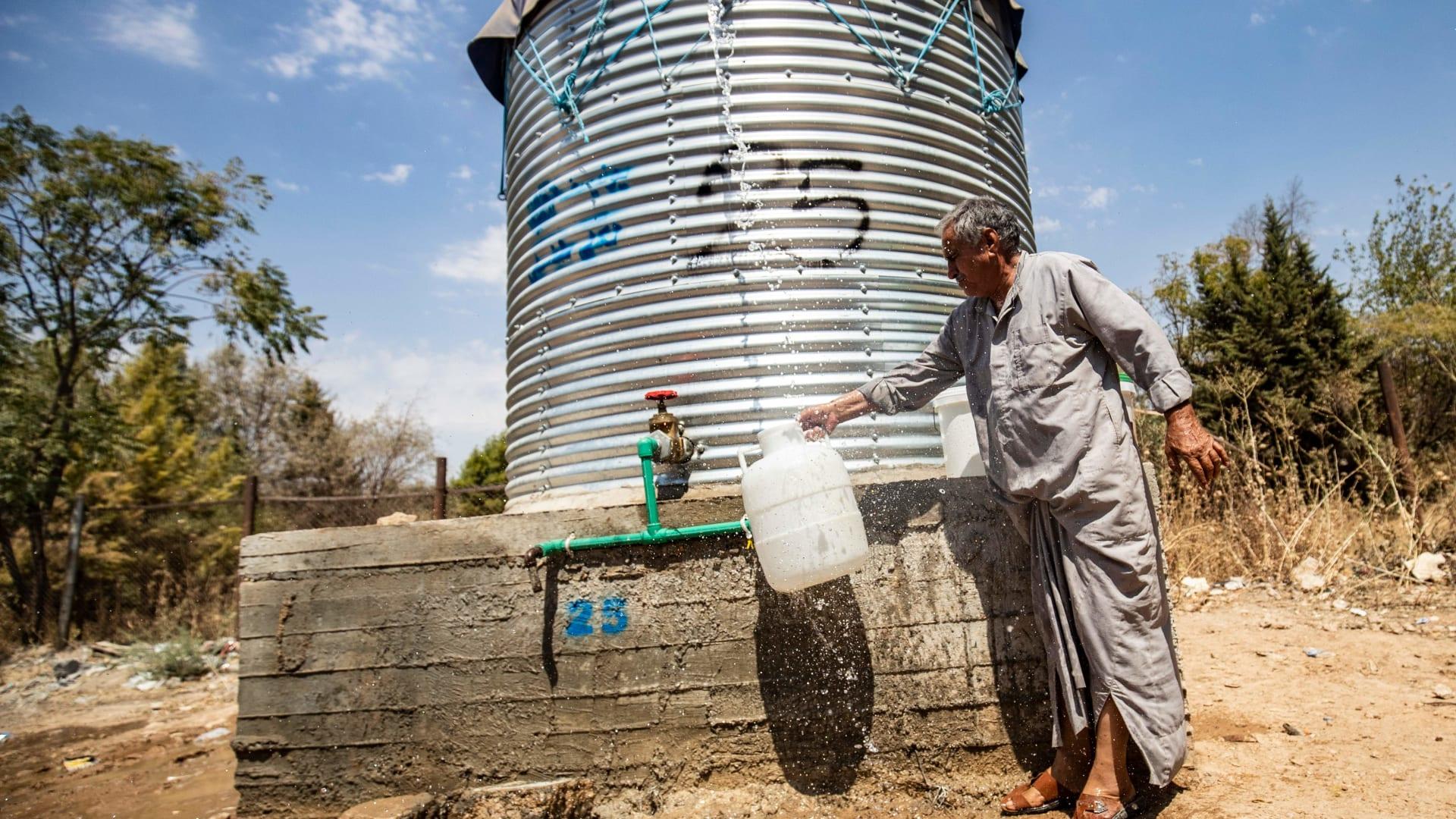 رجل يملأ ماء من خزان أعدته منظمات إنسانية في الحسكة بـ22 أغسطس 2020