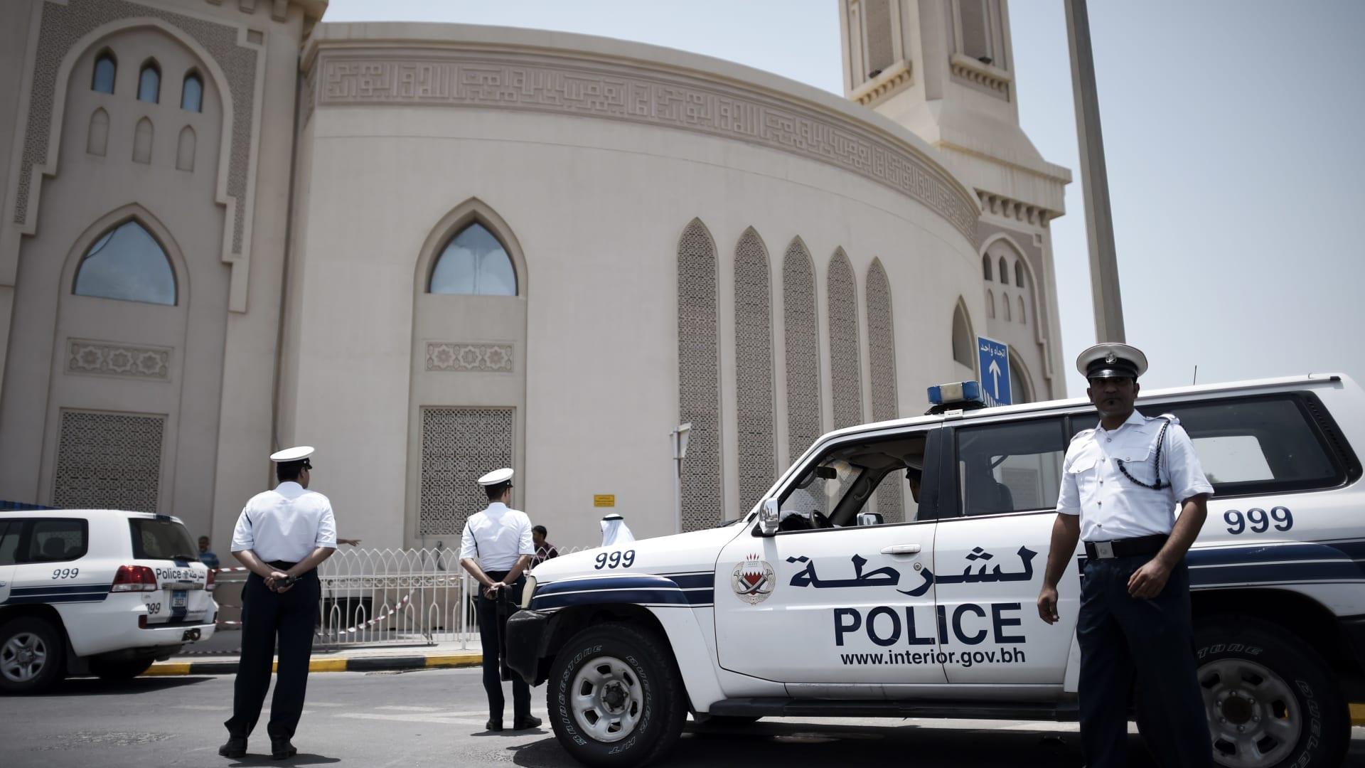 صورة أرشيفية لعناصر بالأمن البحريني أمام أحد المساجد بالبلاد العام 2014