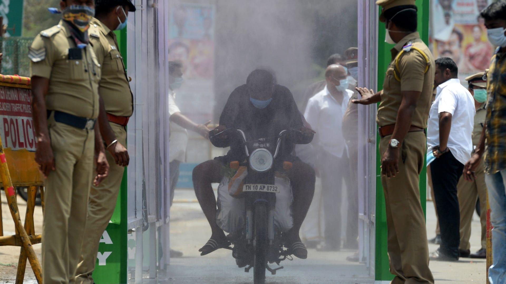 صورة أرشيفية من نقطة تعقيم ضد فيروس كورونا في الهند