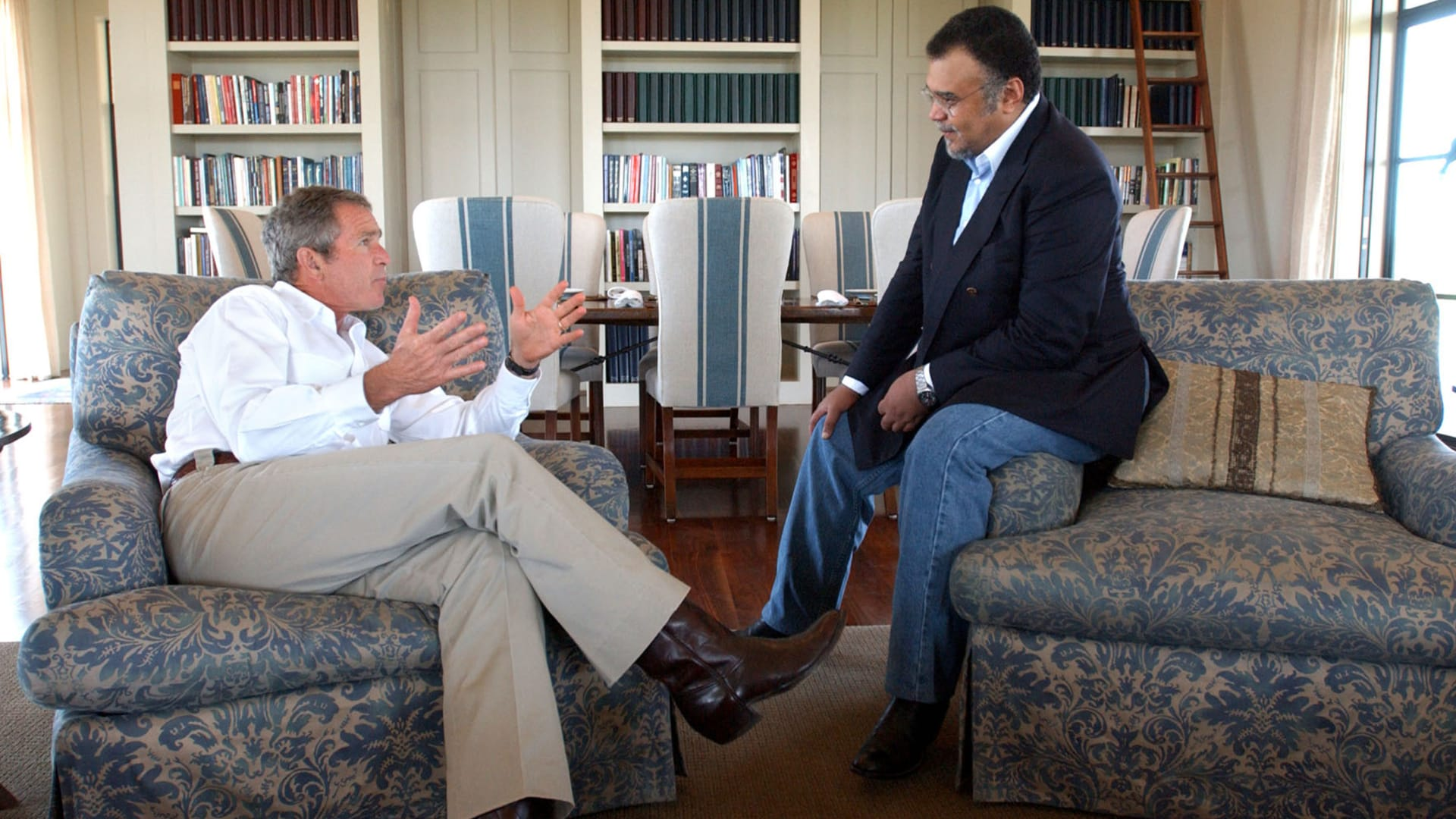 صورة أرشيفية للأمير بندر بن سلطان والرئيس الأمريكي الاسبق جورج بوش في لقاء العام 2002