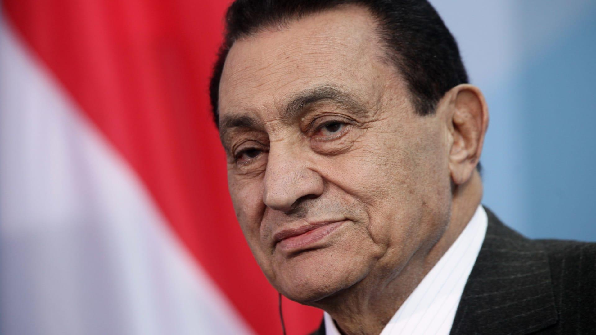 كاتب مصري: حسني مبارك تتدخل لمنح محمود عبدالعزيز دور رأفت الهجان