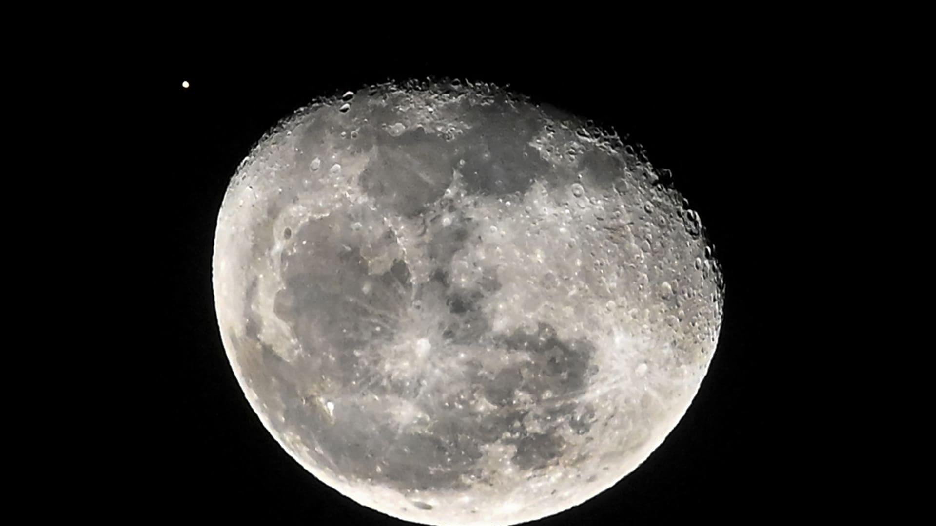ناسا تخطط لشراء صخور وغبار من على سطح القمر