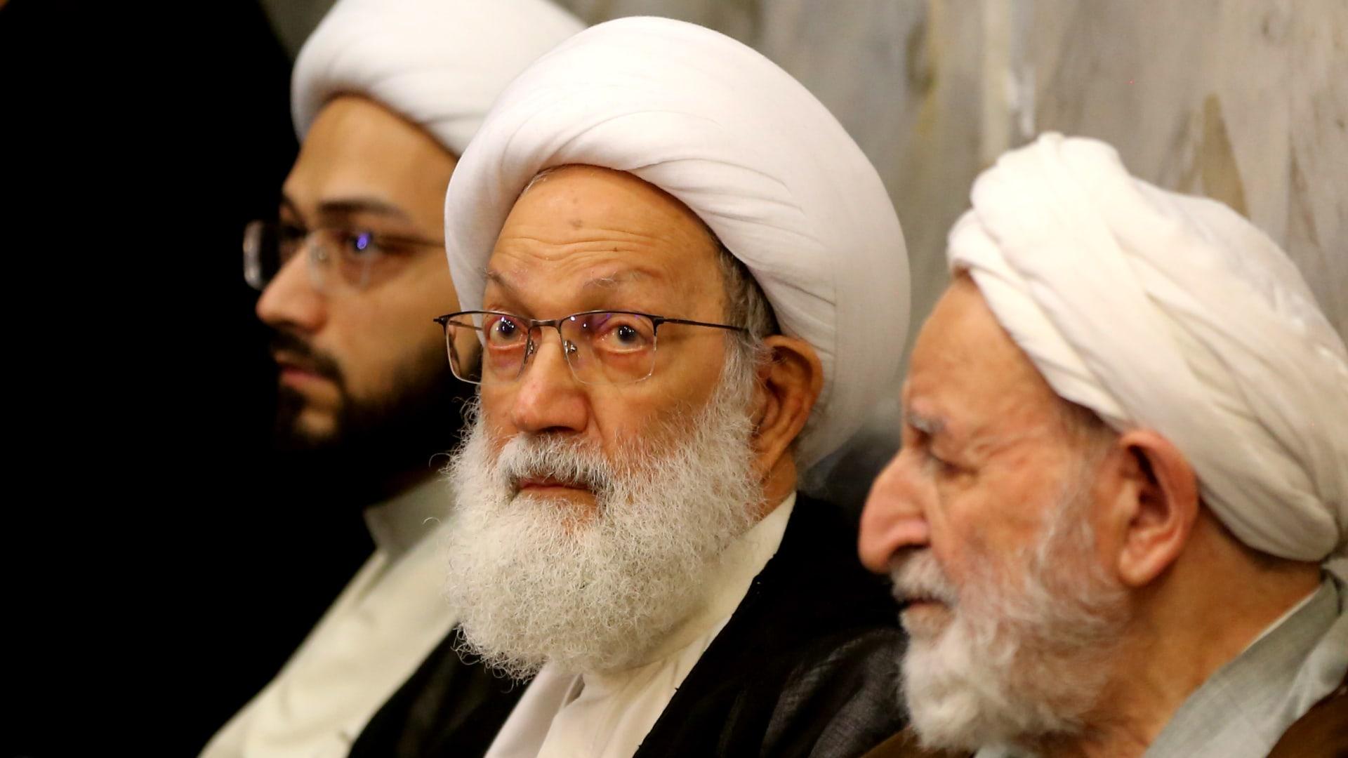 صورة أرشيفية لرجل الدين الشيعي عيسى قاسم (وسط) بمدينة قم الإيرانية في سبتمبر 2019