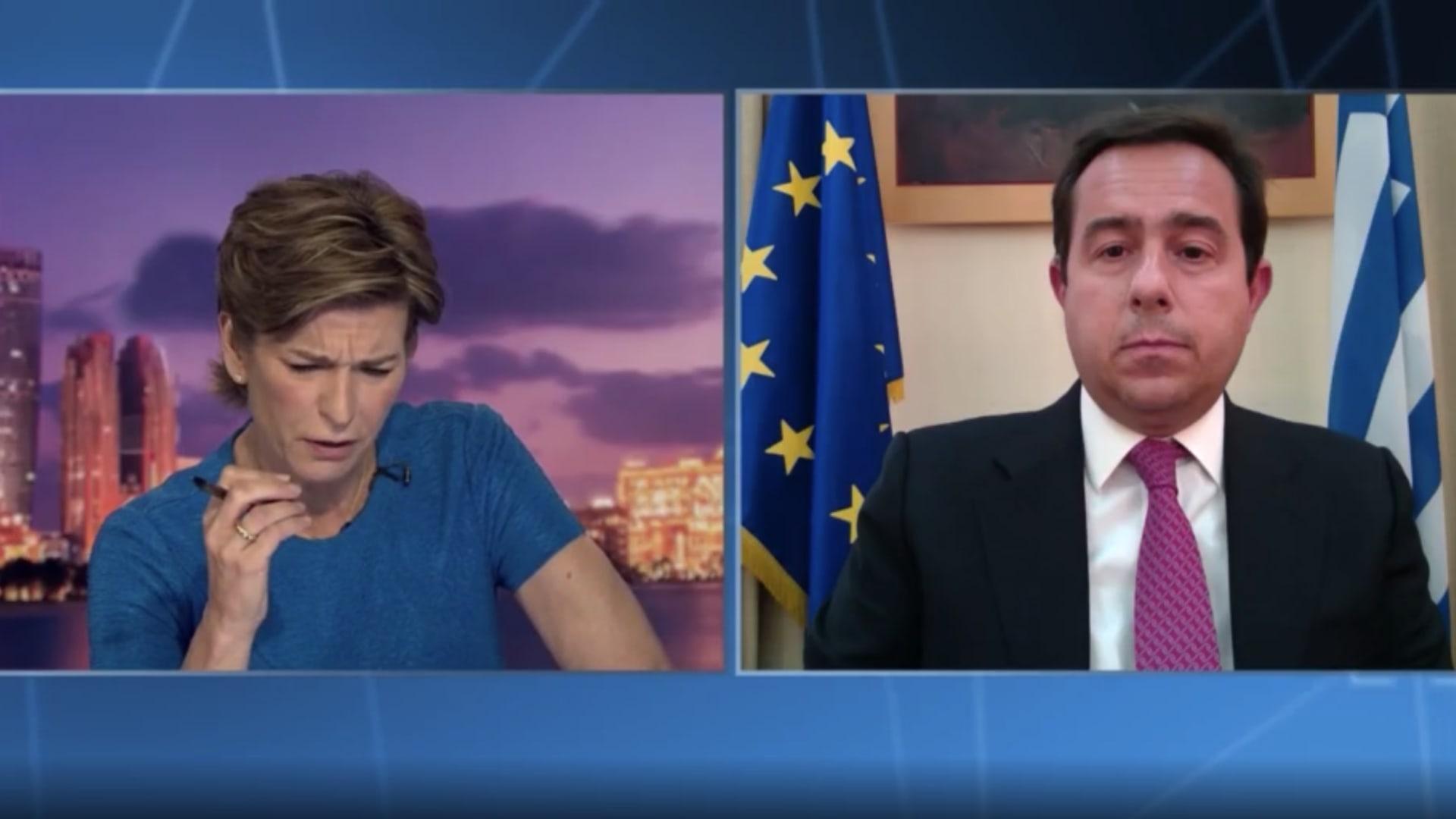 مذيعة CNN تواجه وزير الهجرة اليوناني بمزاعم الانتهاكات ضد المهاجرين.. كيف رد؟