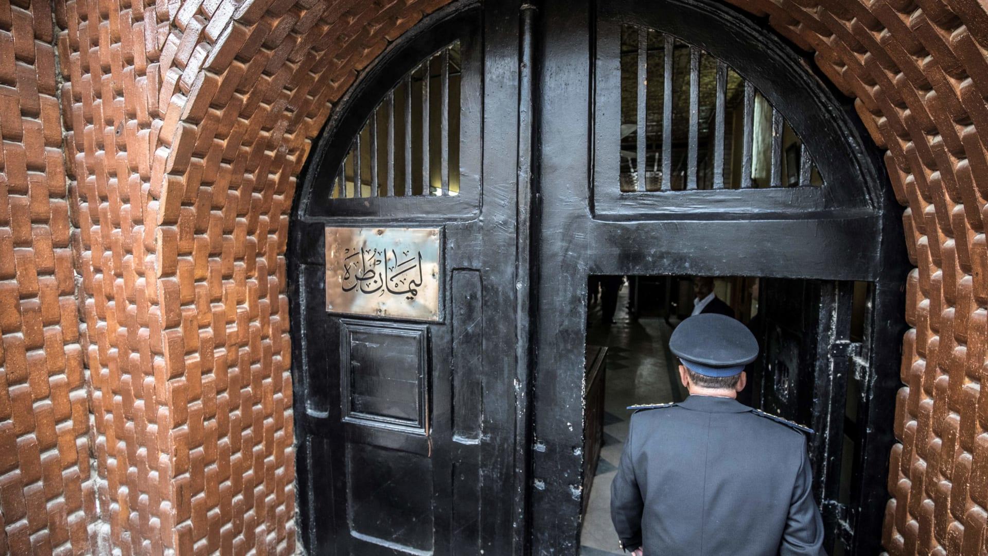 صورة أرشيفية لبوابة سجن طرة في مصر خلال جولة إعلامية في فبراير 2020