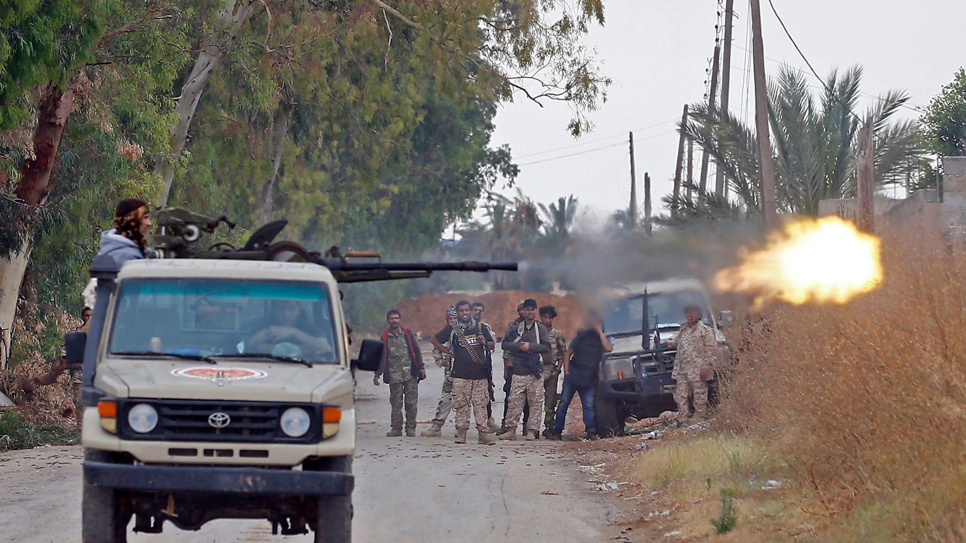 ليبيا: اشتباكات بالأسلحة الثقيلة قرب طرابلس.. وقرار بحل مجموعتين مسلجتين