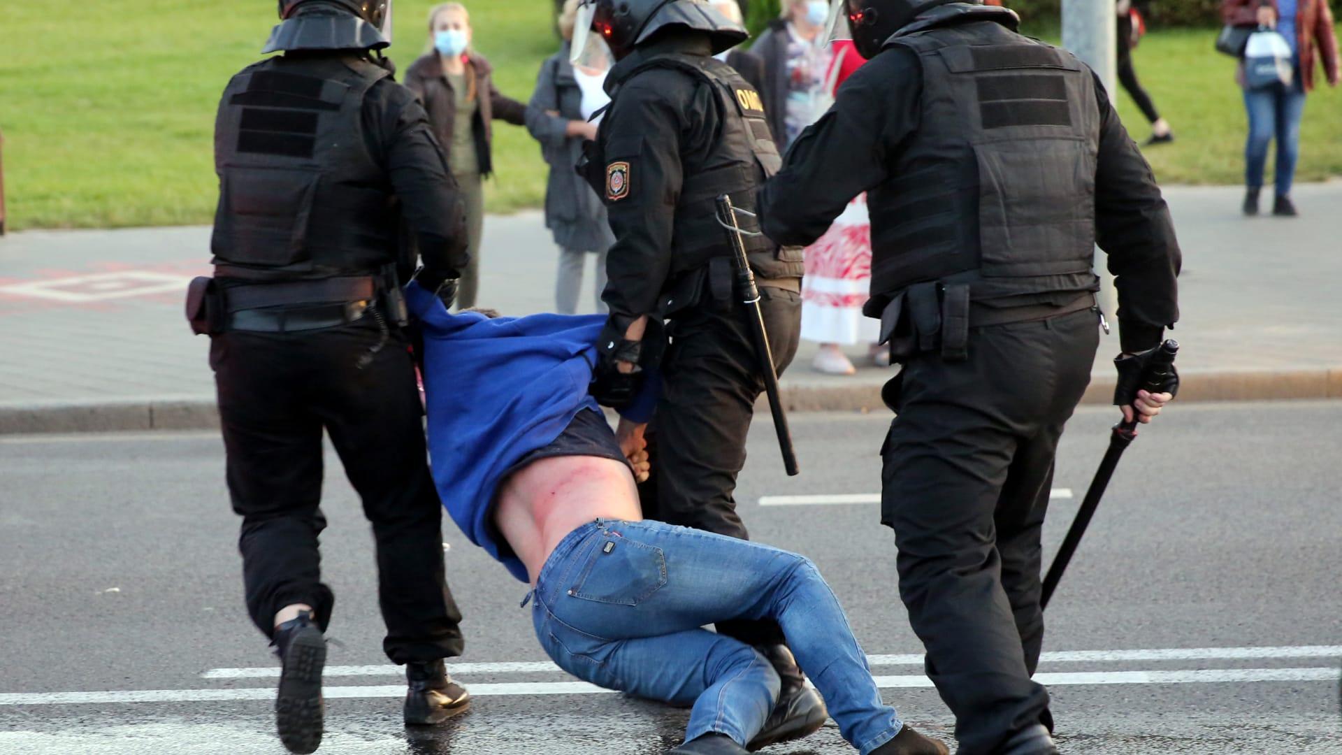 """""""قمع وانتخابات مزورة"""".. عقوبات أمريكية وأوروبية تستهدف عشرات من مسؤولي بيلاروسيا"""