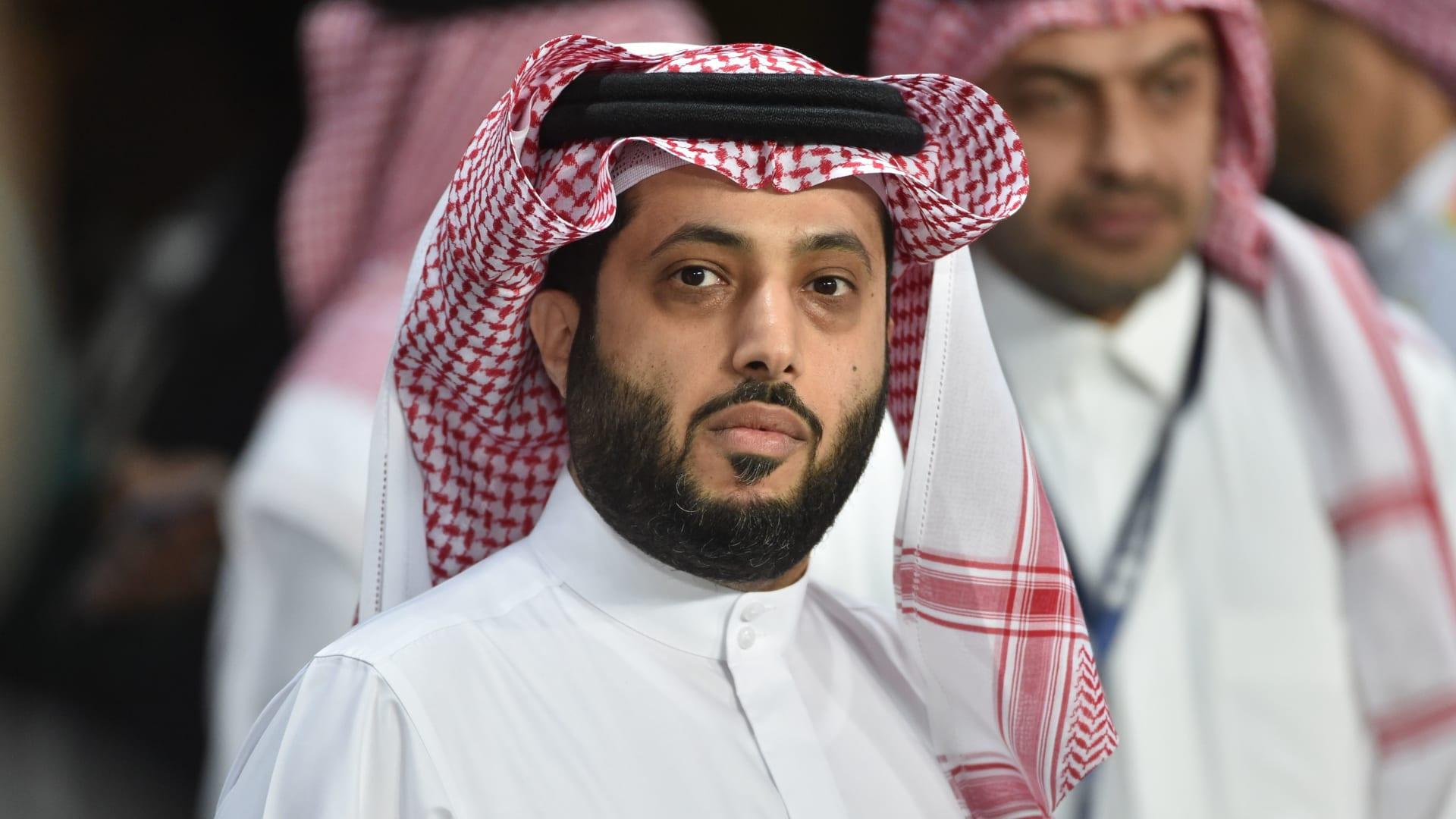 تركي آل الشيخ يشتكي عمرو دياب للسفير الصيني.. والفنان المصري يرد: بتحملني مسؤولية