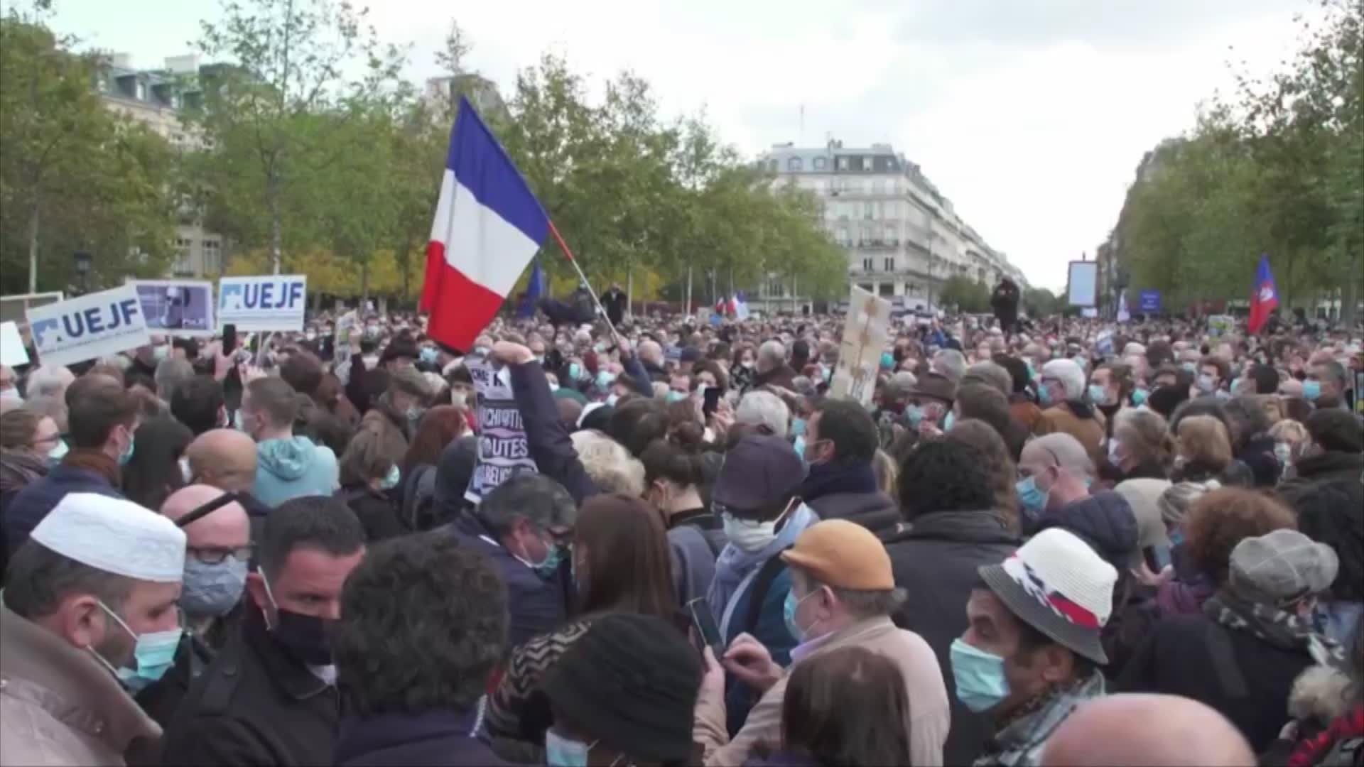 عنف وفوضى.. هكذا احتجت فرنسا على جريمة ومقتل المعلم في باريس