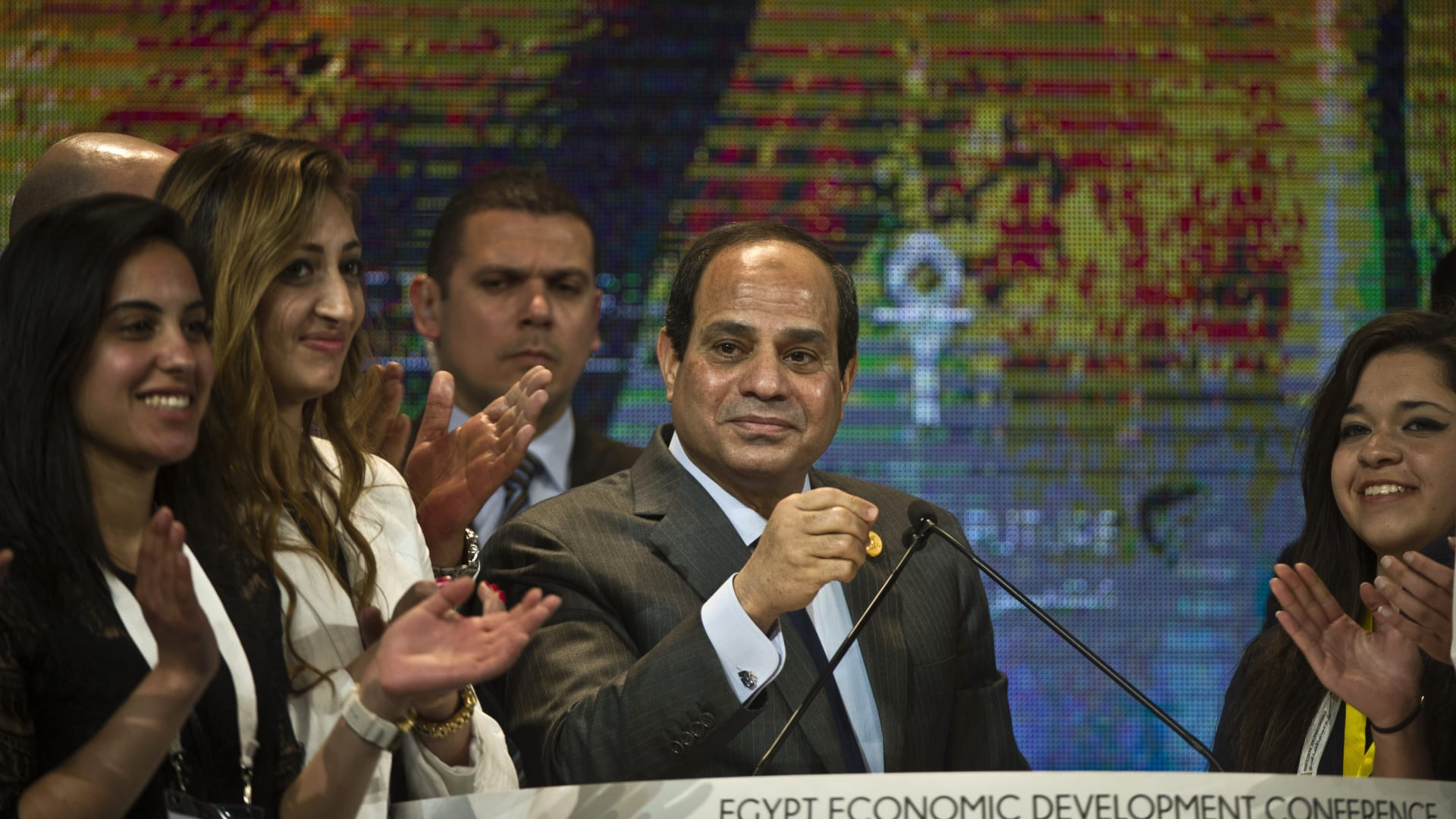 صورة أرشيفية للرئيس السيسي في مؤتمر دعم وتنمية الاقتصاد المصري 2015