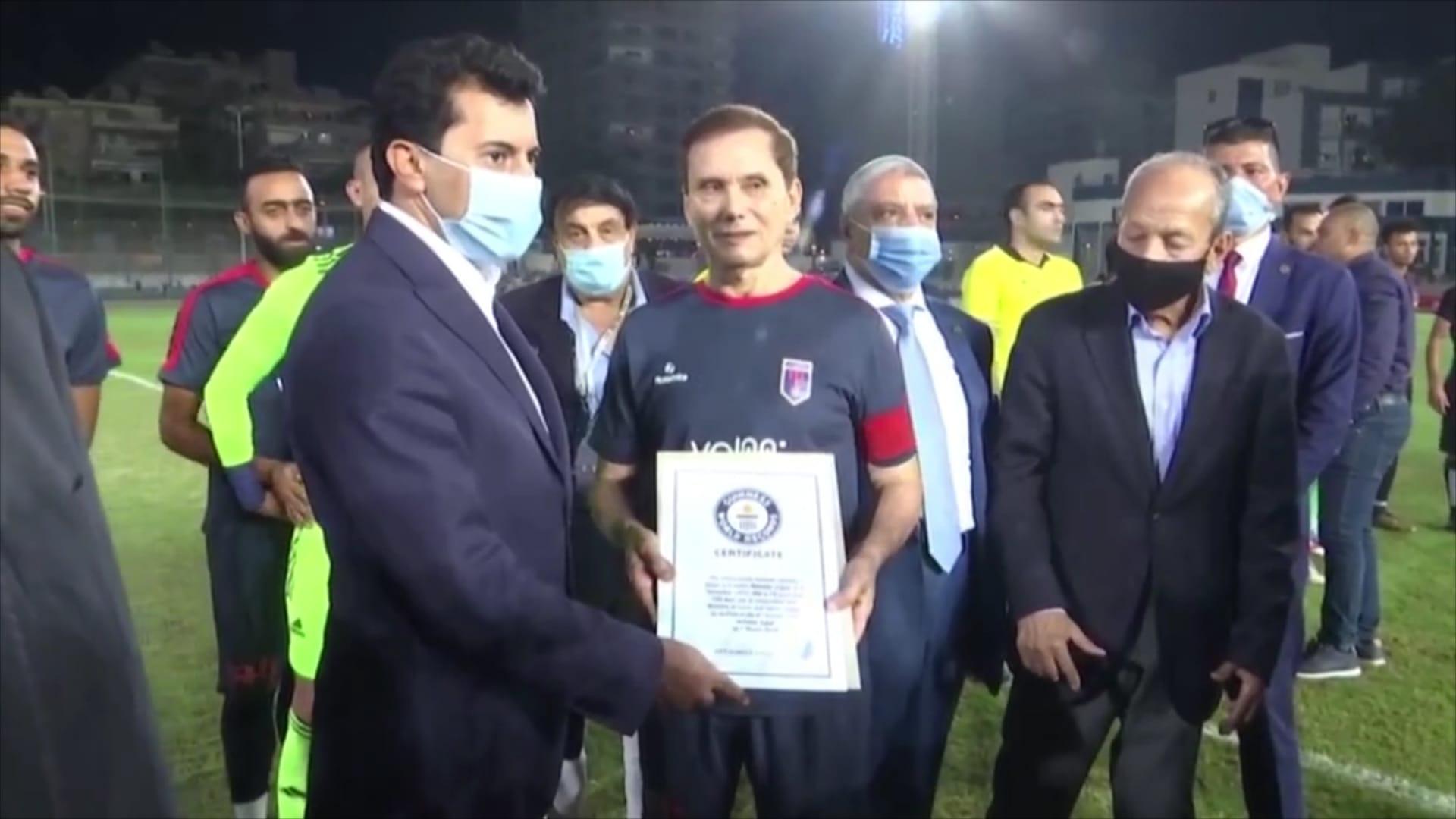 عز الدين بهادر.. تعرف إلى لاعب كرة القدم المصري الأكبر في العالم