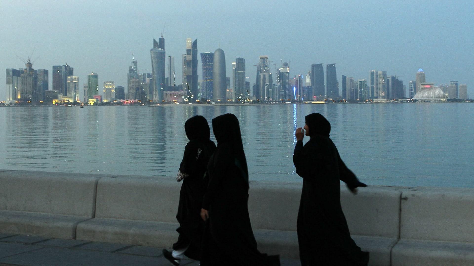 صورة أرشيفية (تعبيرية) لنساء في العاصمة القطرية الدوحة