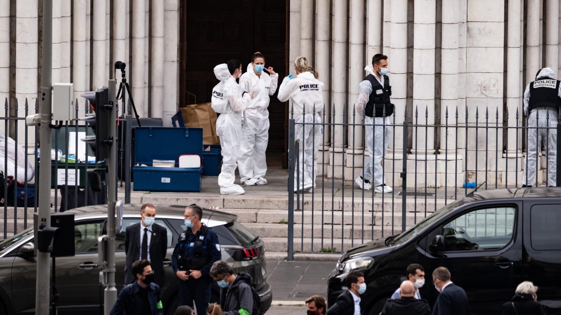 """السعودية تعزي فرنسا وتدعو لنبذ """"ممارسات تولد الكراهية والتطرف"""""""
