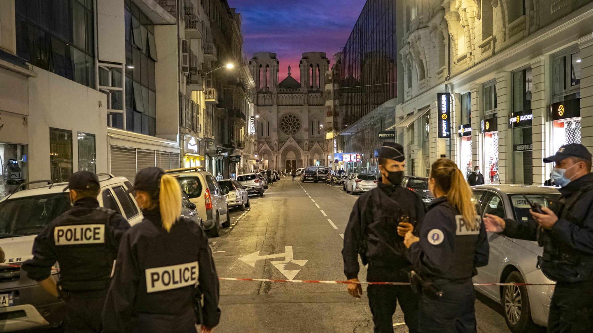 عناصر بالشرطة الفرنسية في موقع تنفيذ الهجوم
