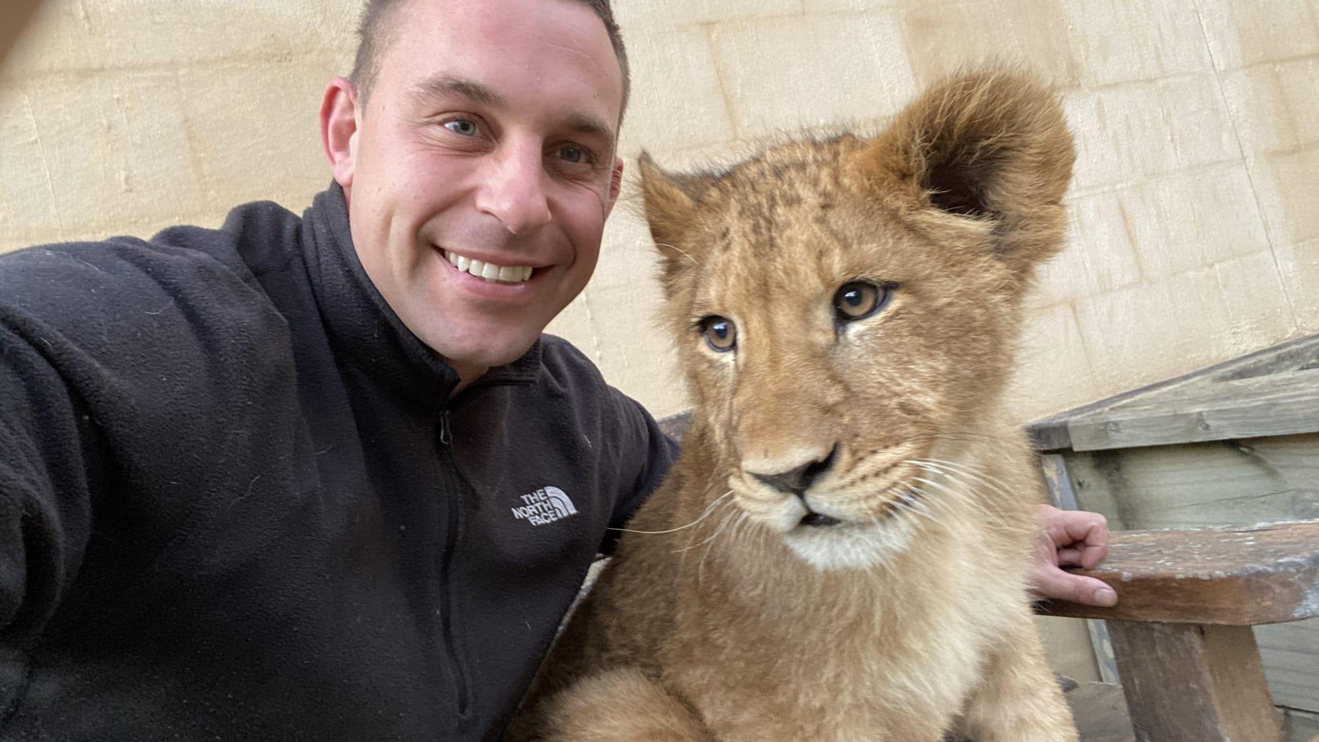 علاقة وثيقة تجمع بين شبل أسد وحارس حديقة حيوانات أسترالية