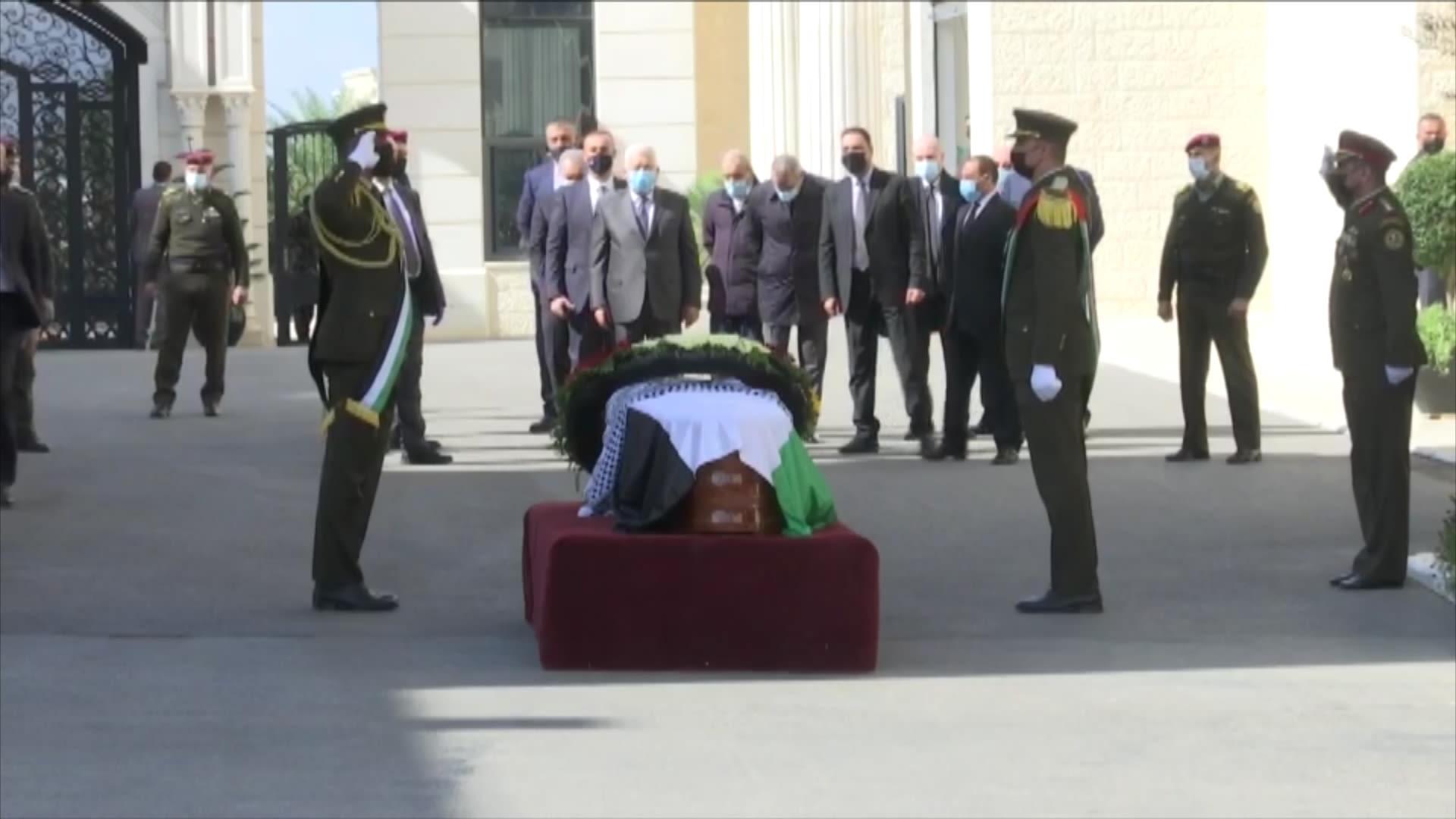شاهد.. تشييع جثمان صائب عريقات في رام الله