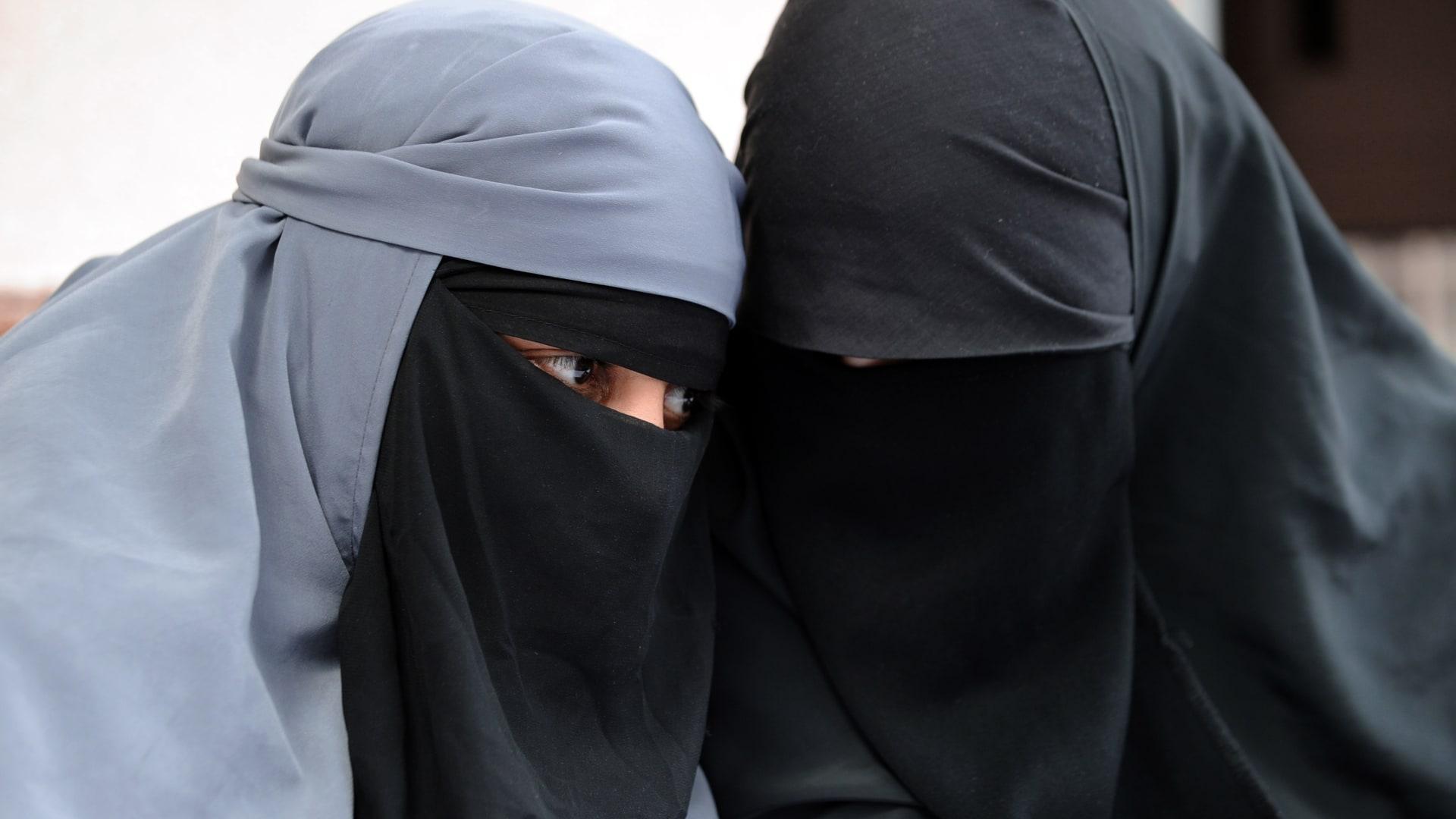 صورة أرشيفية (تعبيرية) لفتاتين ترتديان النقاب