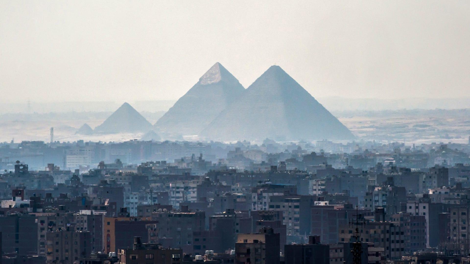 """""""مدي على نهاية العالم"""".. غيوم سوداء تغطي الطريق الصحراوي في مصر وتفاعل مغردين"""