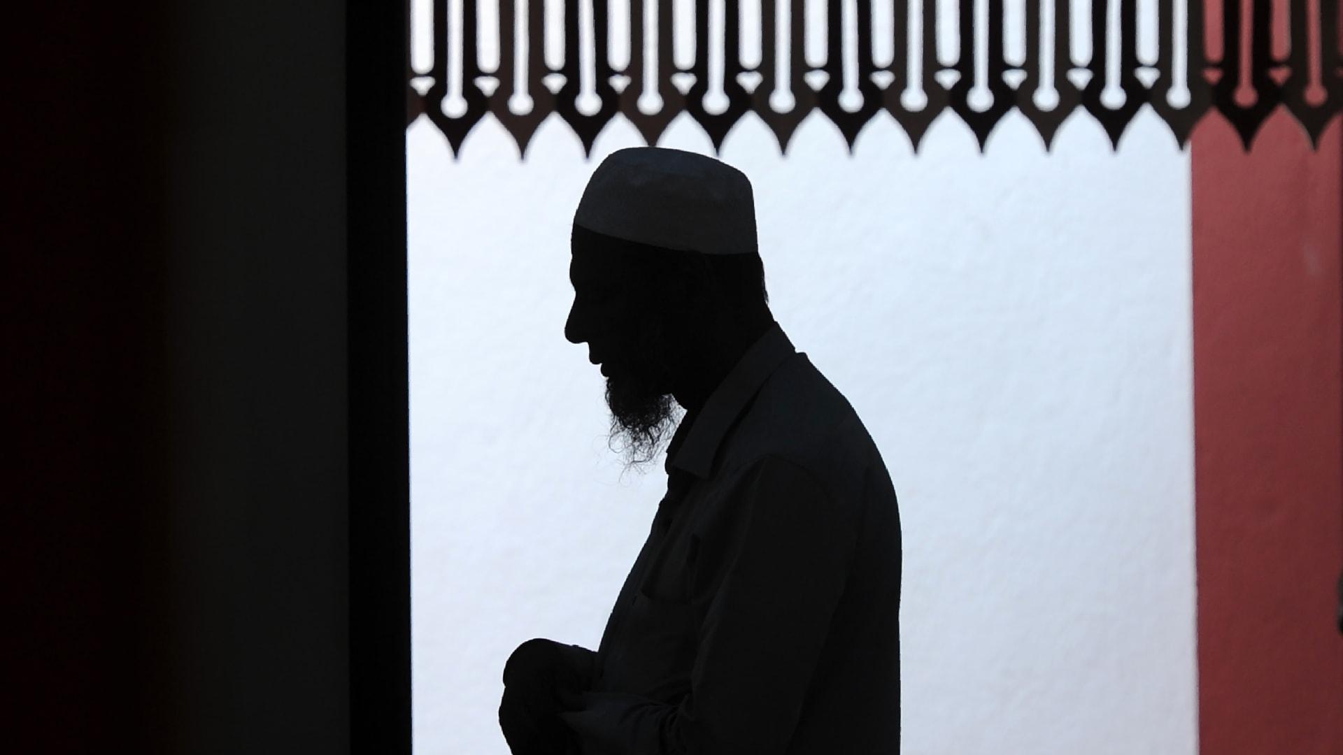 صورة ارشيفية (تعبيرة) لمسلم يصلي