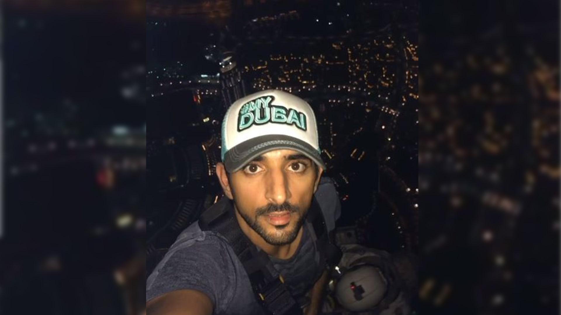 """""""828 متر من الإثارة"""".. ولي عهد دبي يوثق مشهدا مذهلا من قمة برج خليفة"""