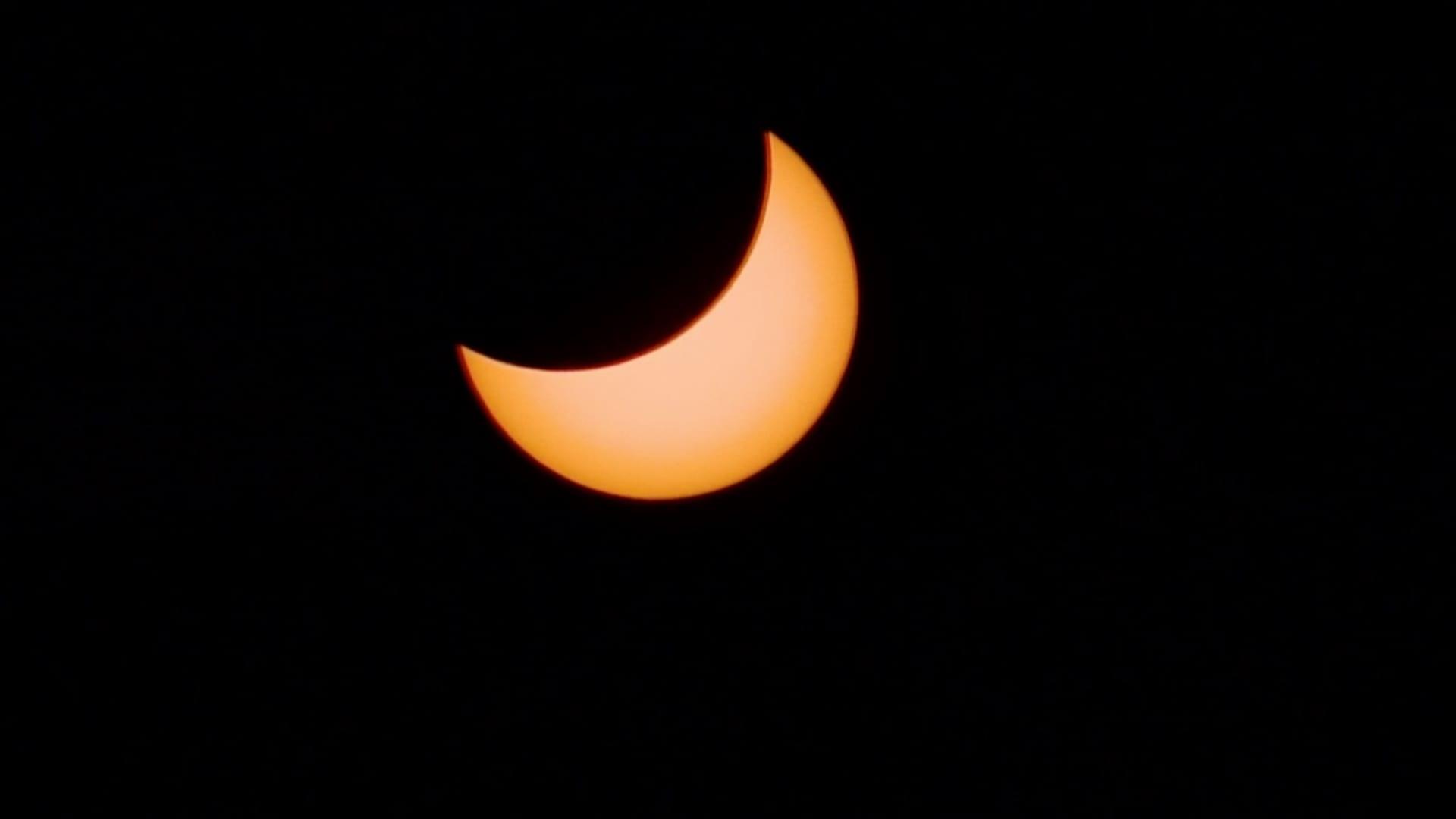 شاهد كسوف كلي للشمس.. يحول النهار إلى ليل مظلم في تشيلي