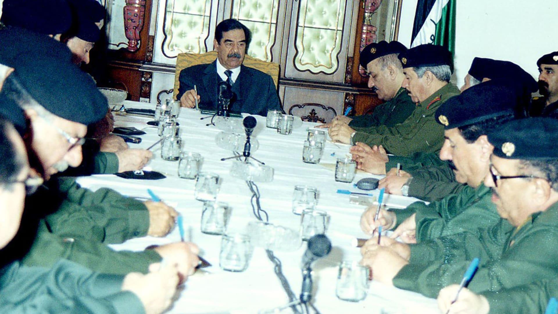 صورة أرشيفية لصدام حسين باجتماع مع عدد من قادته العسكريين العام 2003